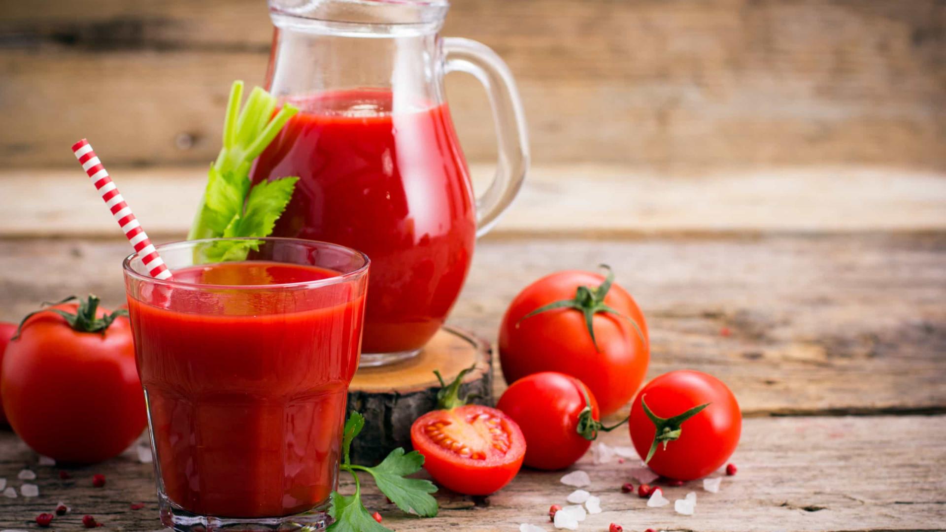 O poderoso suco detox de tomate que limpa o intestino e fígado
