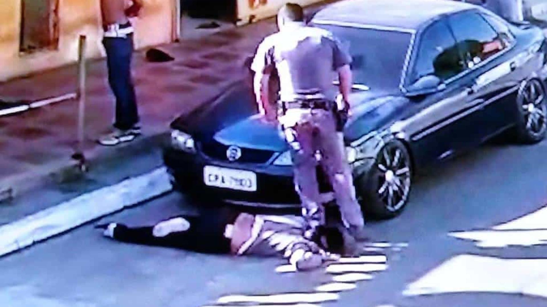 Policial pisa no pescoço de mulher negra e arrasta a vítima em SP