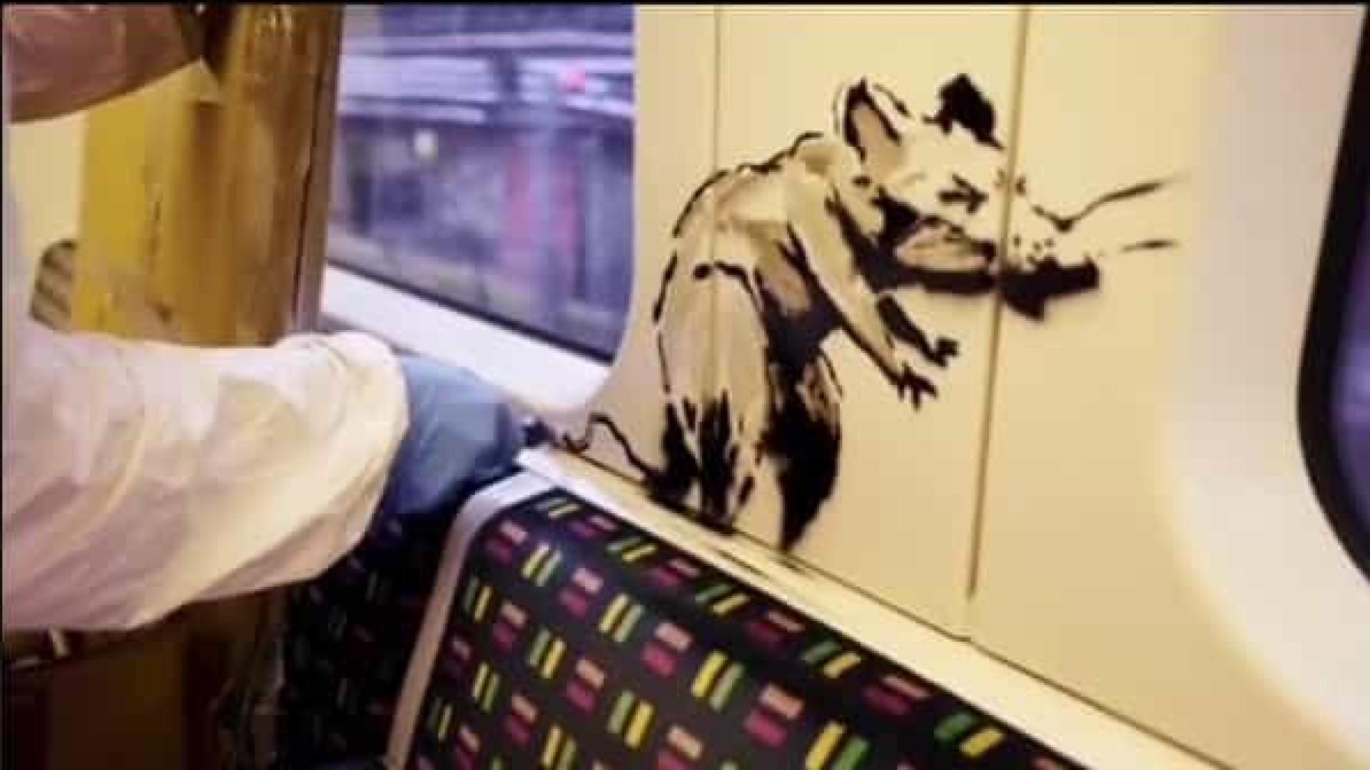 Banksy faz rara aparição pública para pintar metrô. Obra já foi apagada