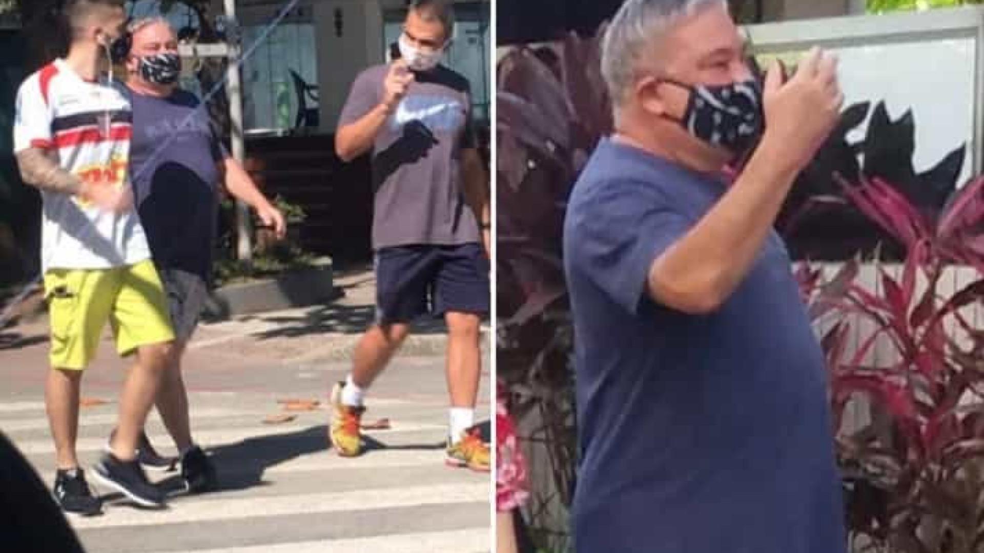 Desembargador que humilhou guardas reaparece na orla, agora de máscara