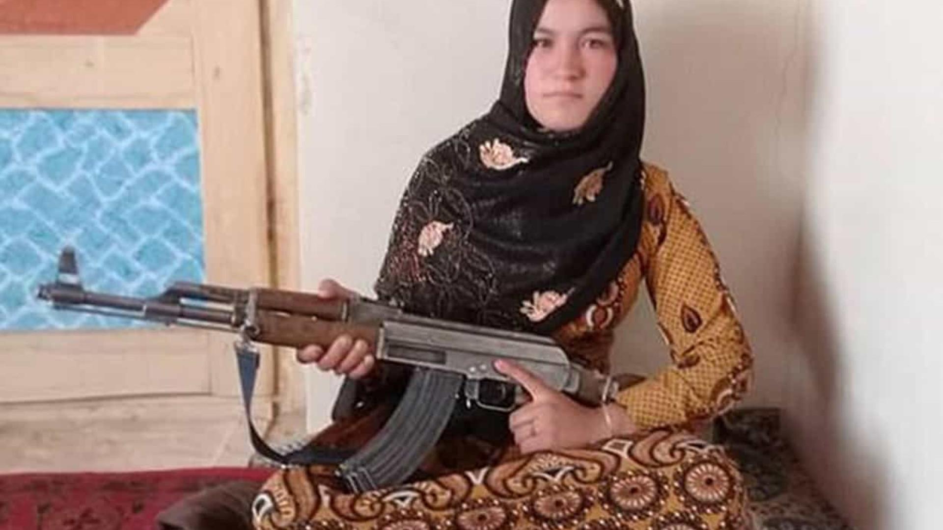 Afegã de 16 anos se vinga e mata talebans após morte dos pais