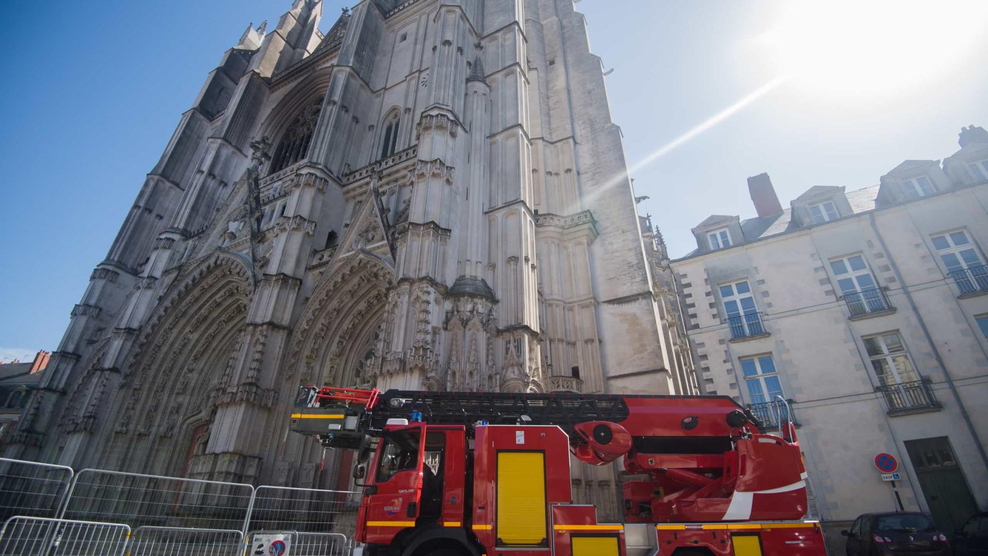 Ruandês confessa ter começado incêndio em catedral francesa