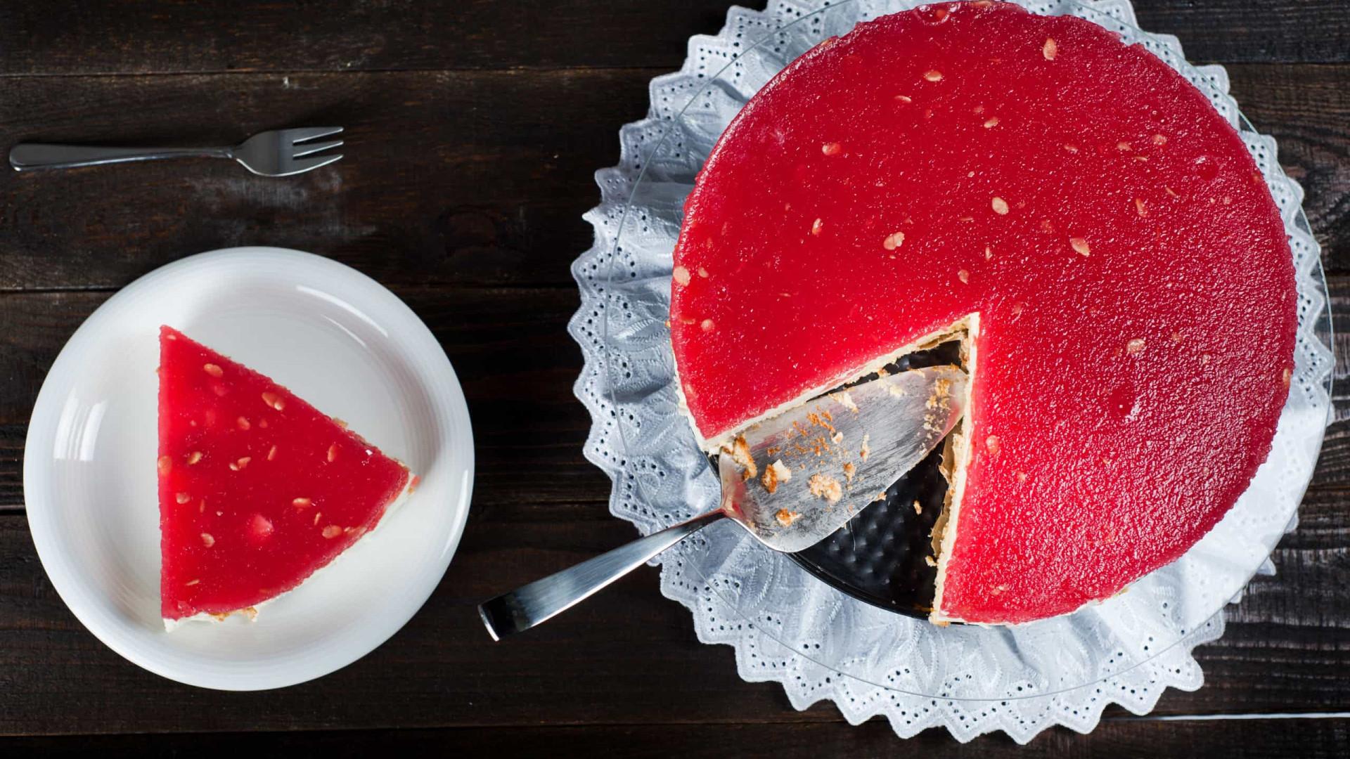 E que tal um delicioso e fresquinho bolo de melancia? Aprenda a receita