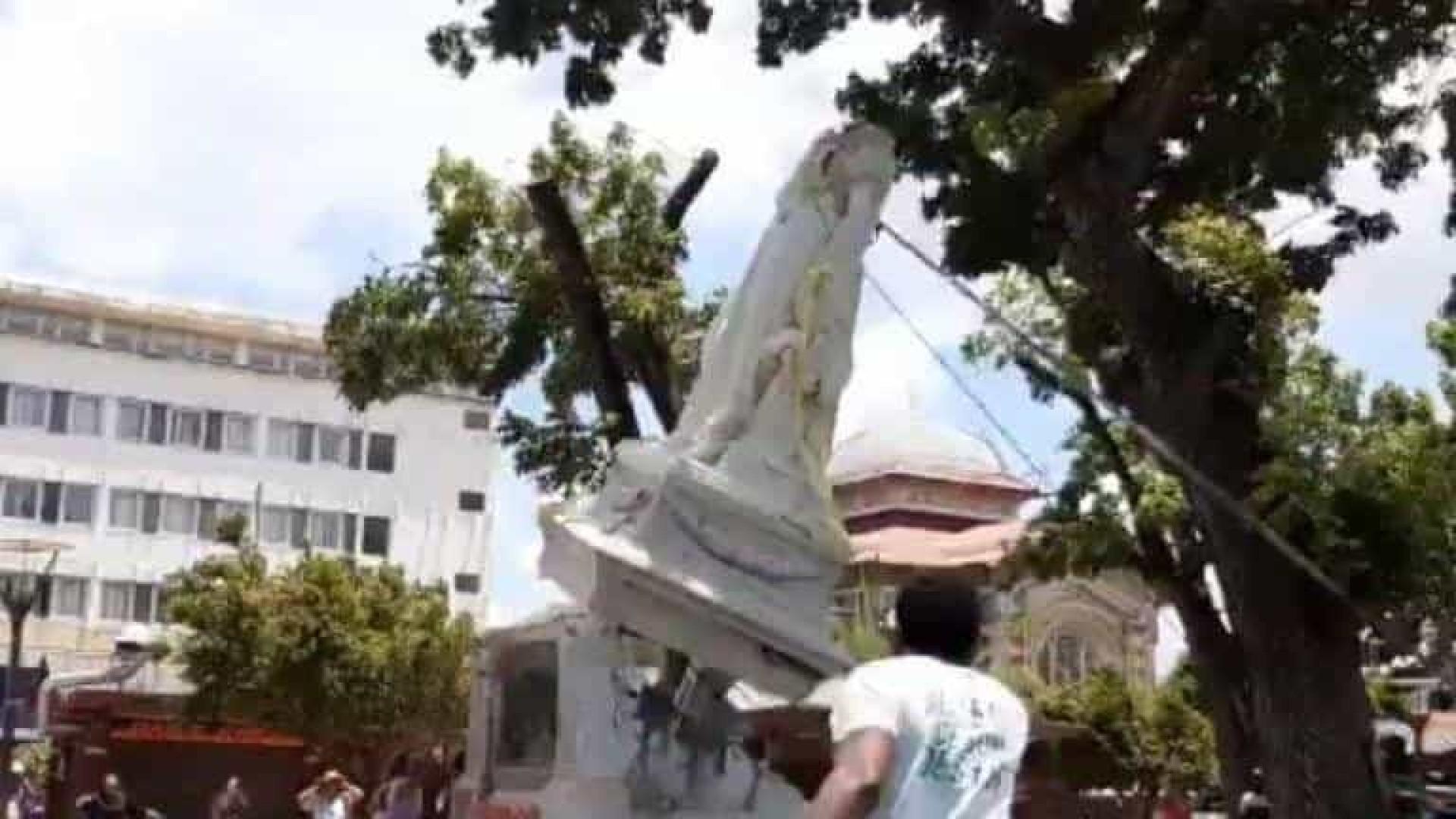 Estátua de esposa de Napoleão é derrubada em parte francesa no Caribe