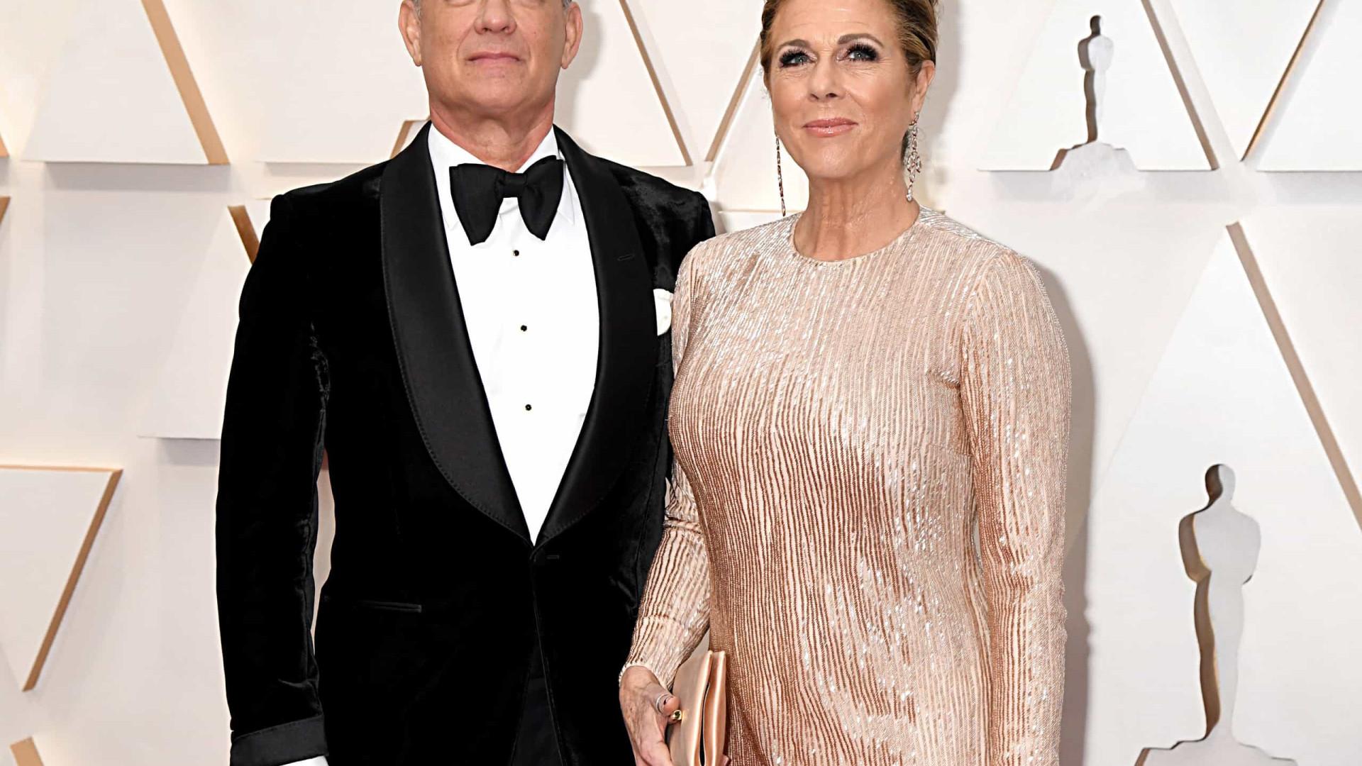 Tom Hanks e Rita Wilson, ganham cidadania grega e exibem passaportes