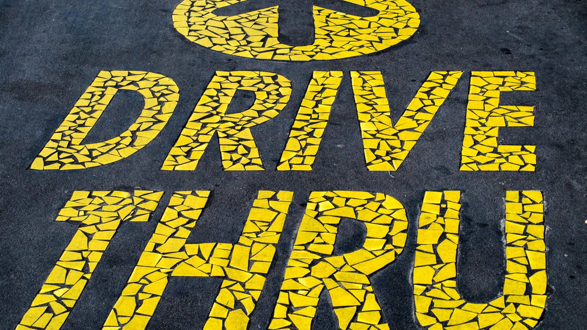 Capital paulista recebe exposição drive thru com painéis gigantes