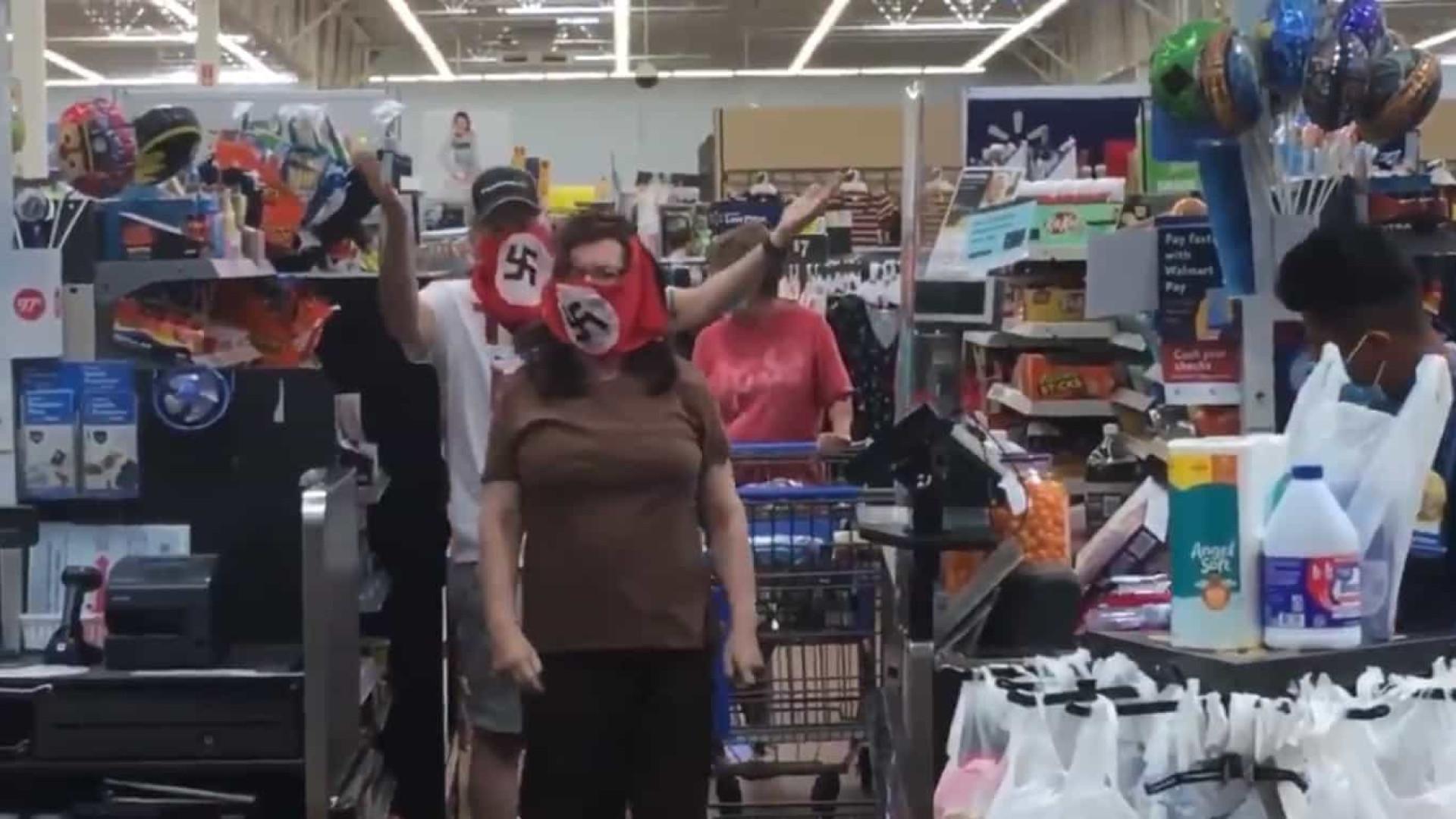 Casal insatisfeito com restrições usa máscara nazi e é banido de hiper