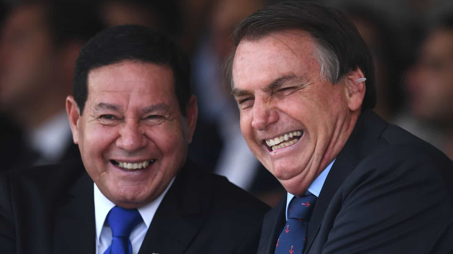 Em nova rusga com vice, Bolsonaro diz que Mourão 'por vezes atrapalha um pouco a gente'