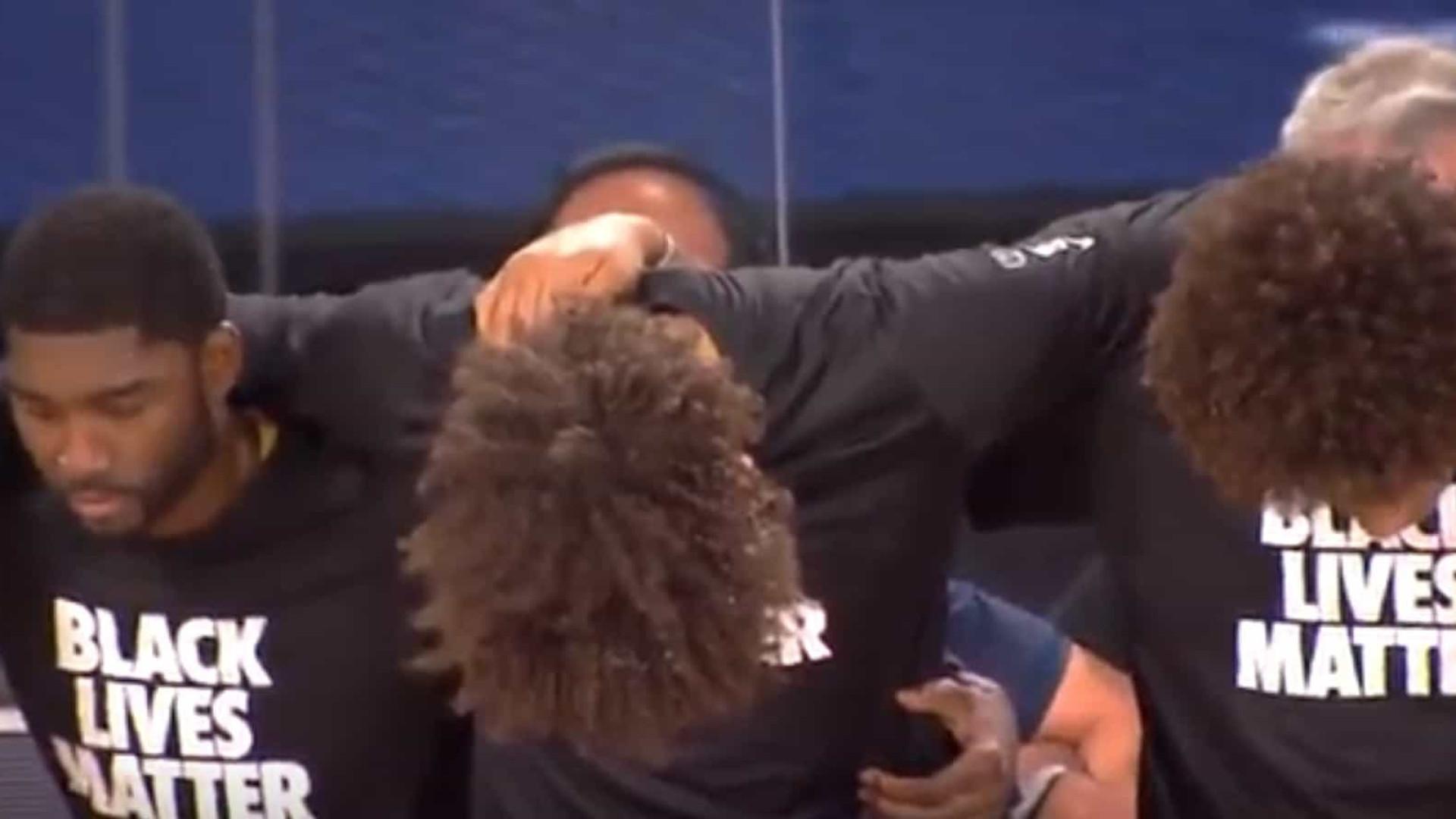 NBA recomeça com atletas ajoelhados durante hino e camisas de protesto