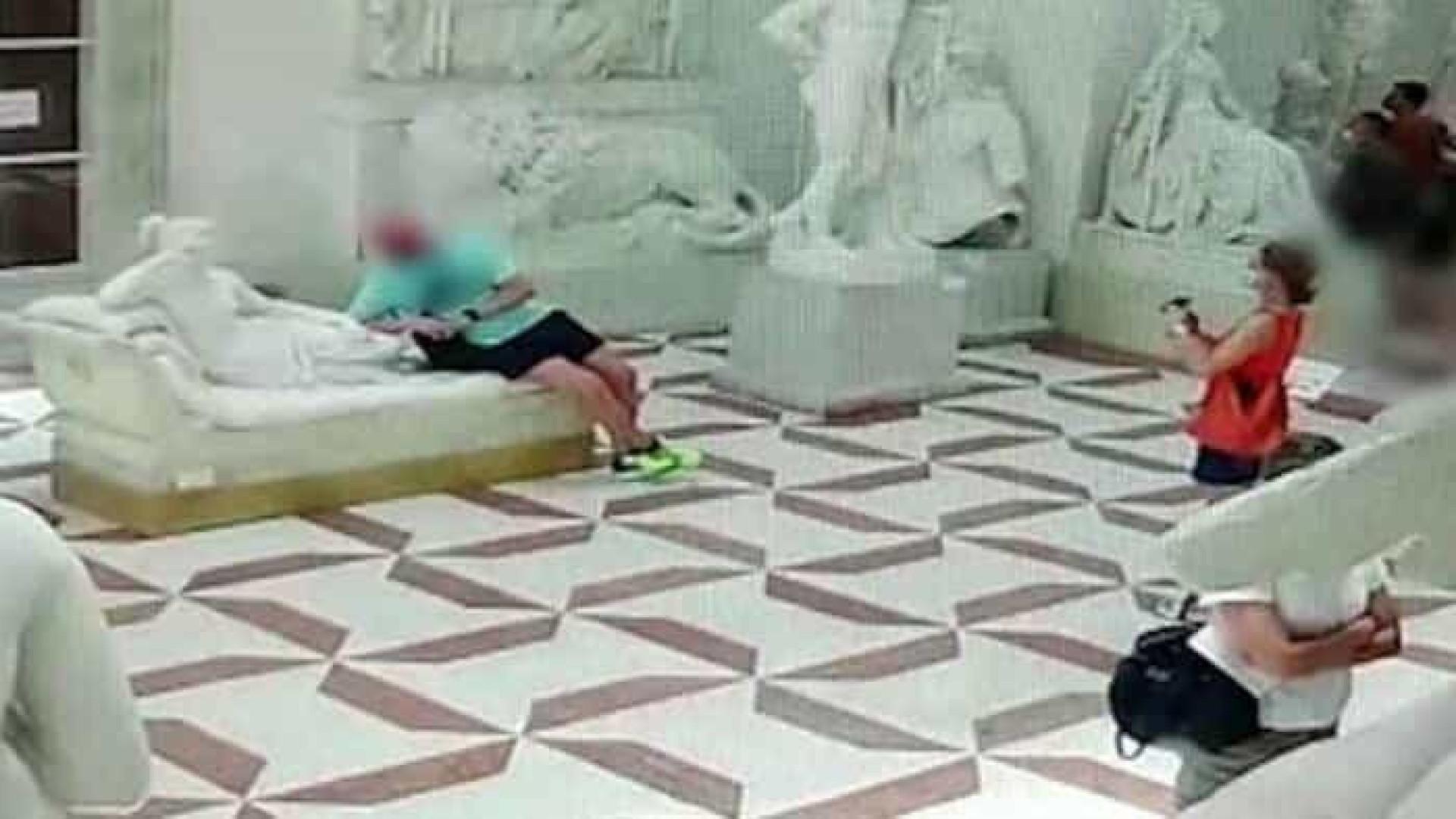 Câmera flagra momento em que turista quebra dedos de estátua centenária