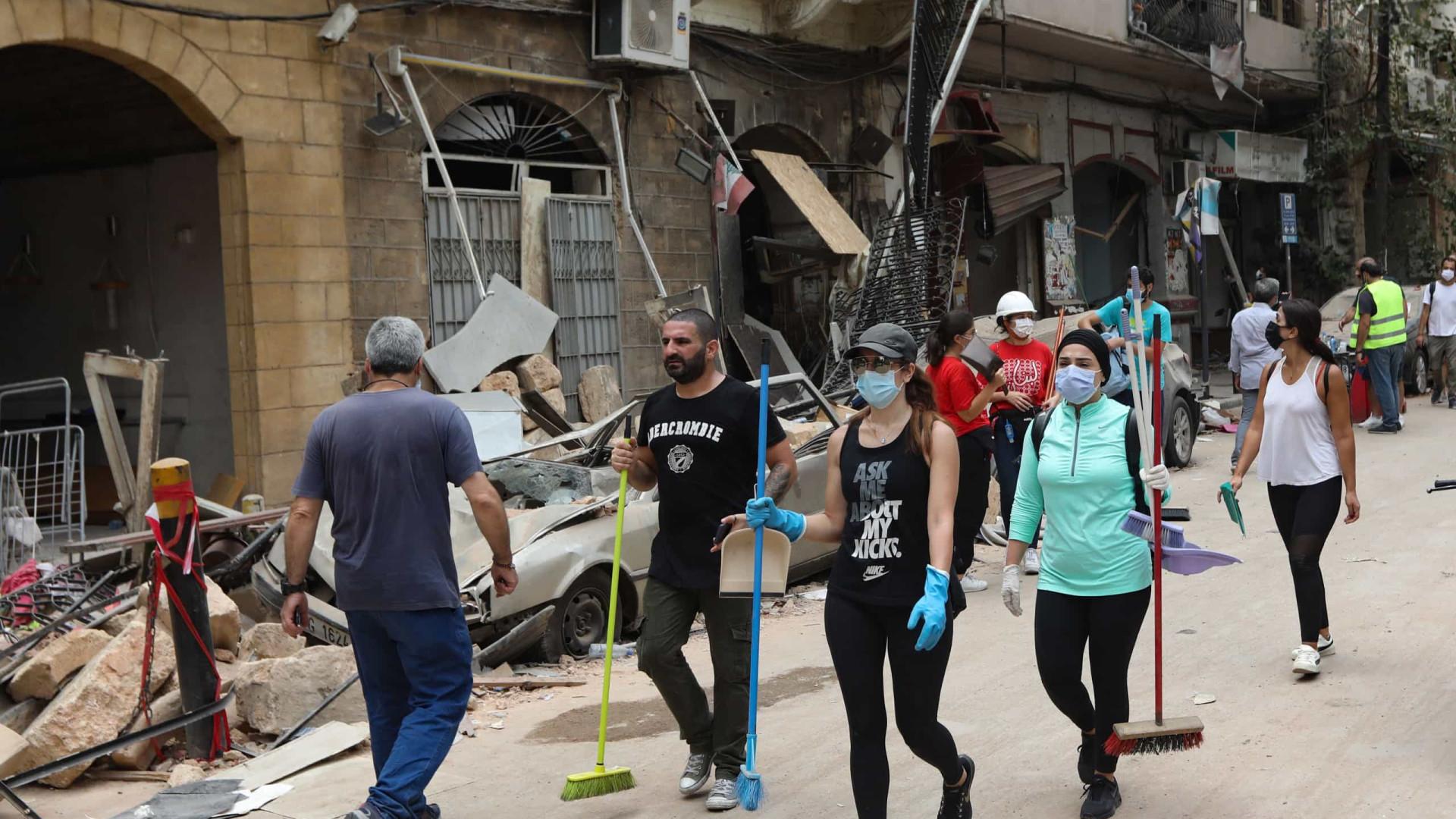 Vassouras se tornam símbolo de reconstrução de Beirute por voluntários