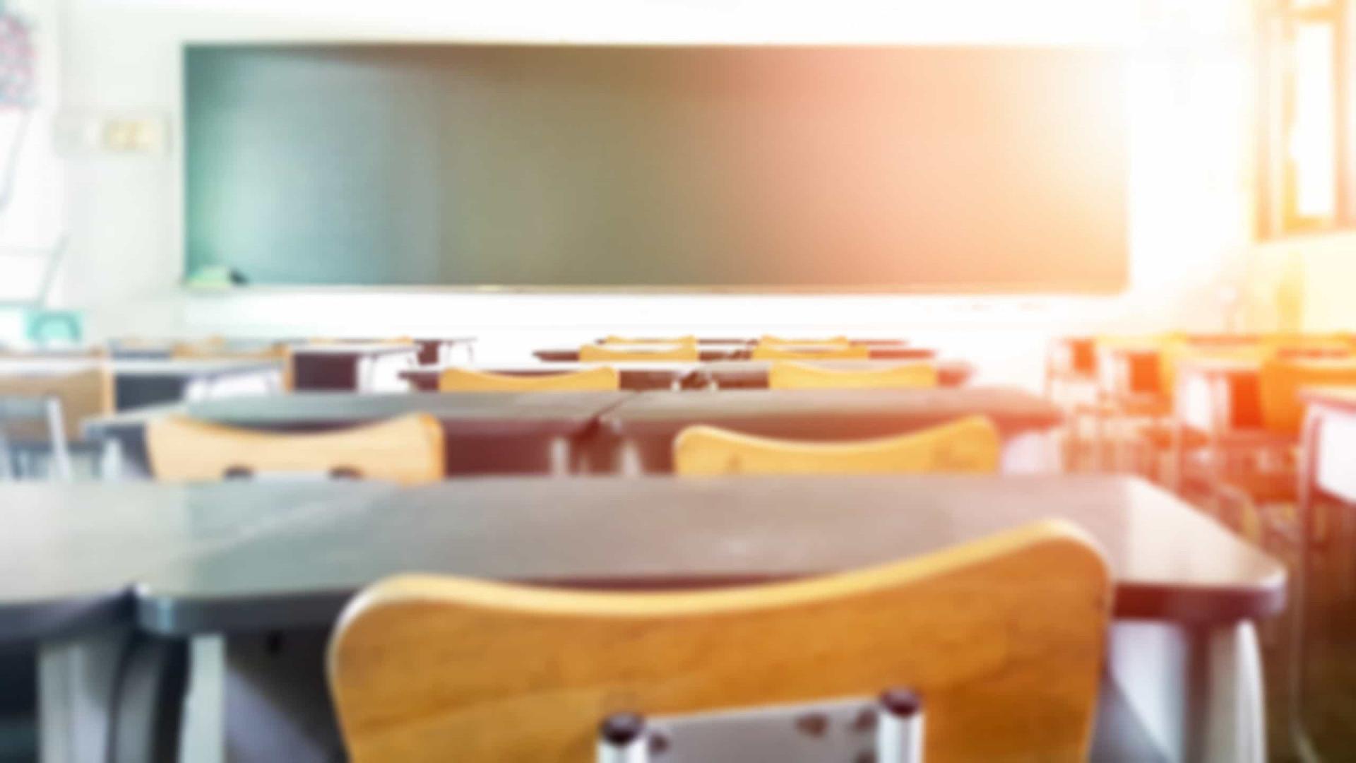 Covid-19: Estudo indica como vírus se espalha em uma sala de aula