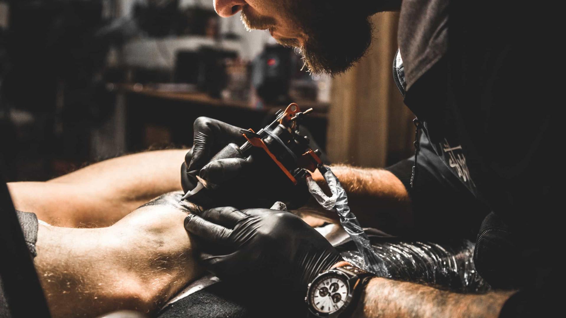 Entenda as novas tatuagens com tinta preta e aflição na ponta da agulha