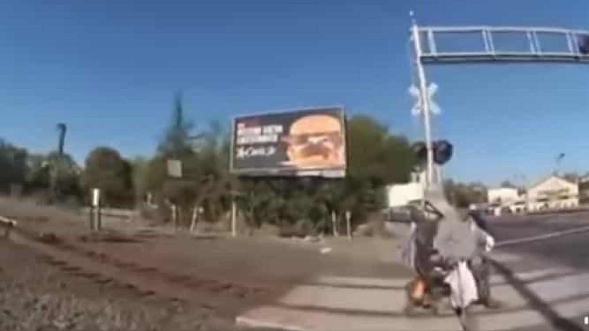 Policial salva homem de cadeira de rodas preso nos trilhos de trem