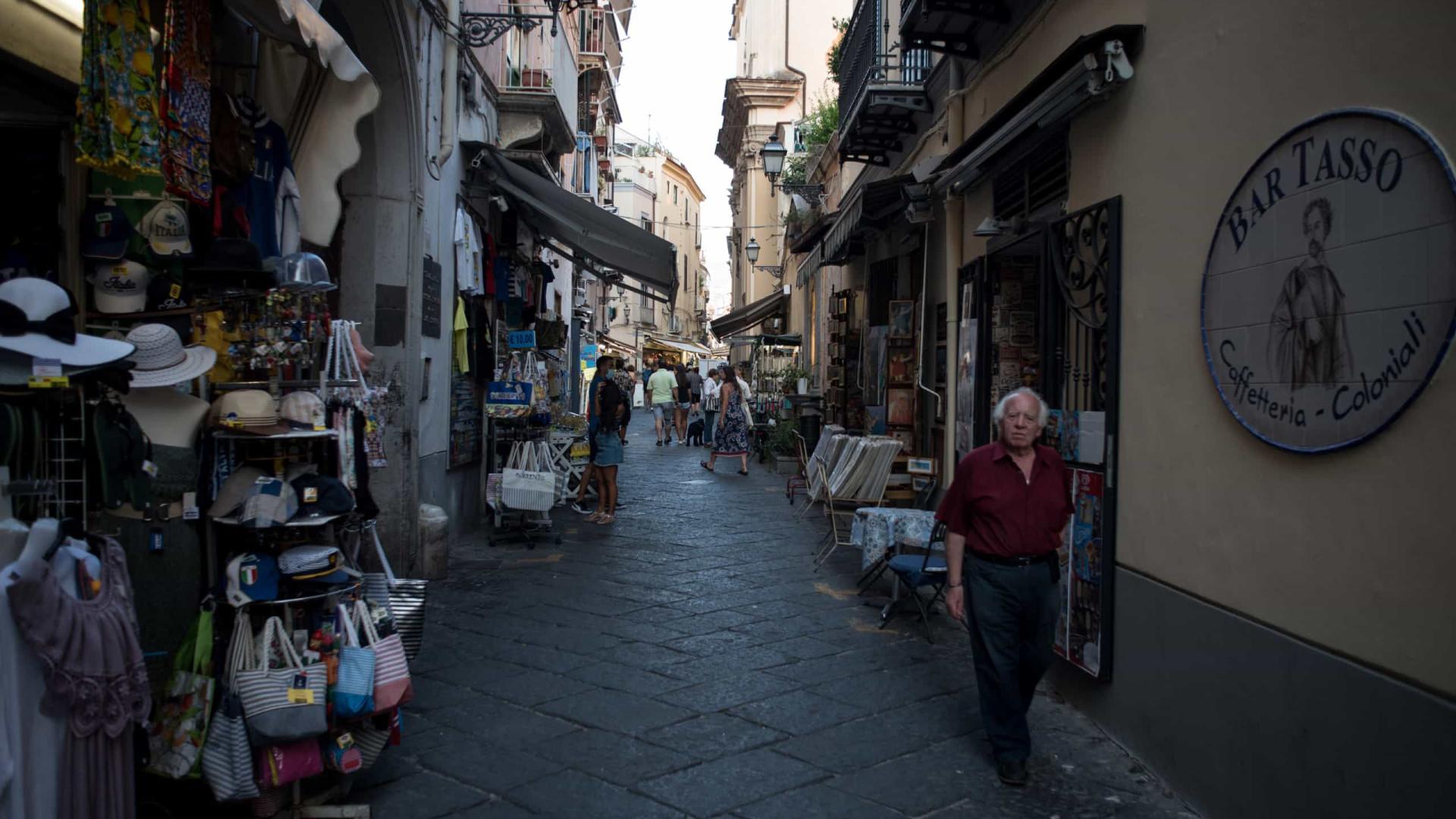Número de infecções crescem na Itália. Casos diários perto de mil