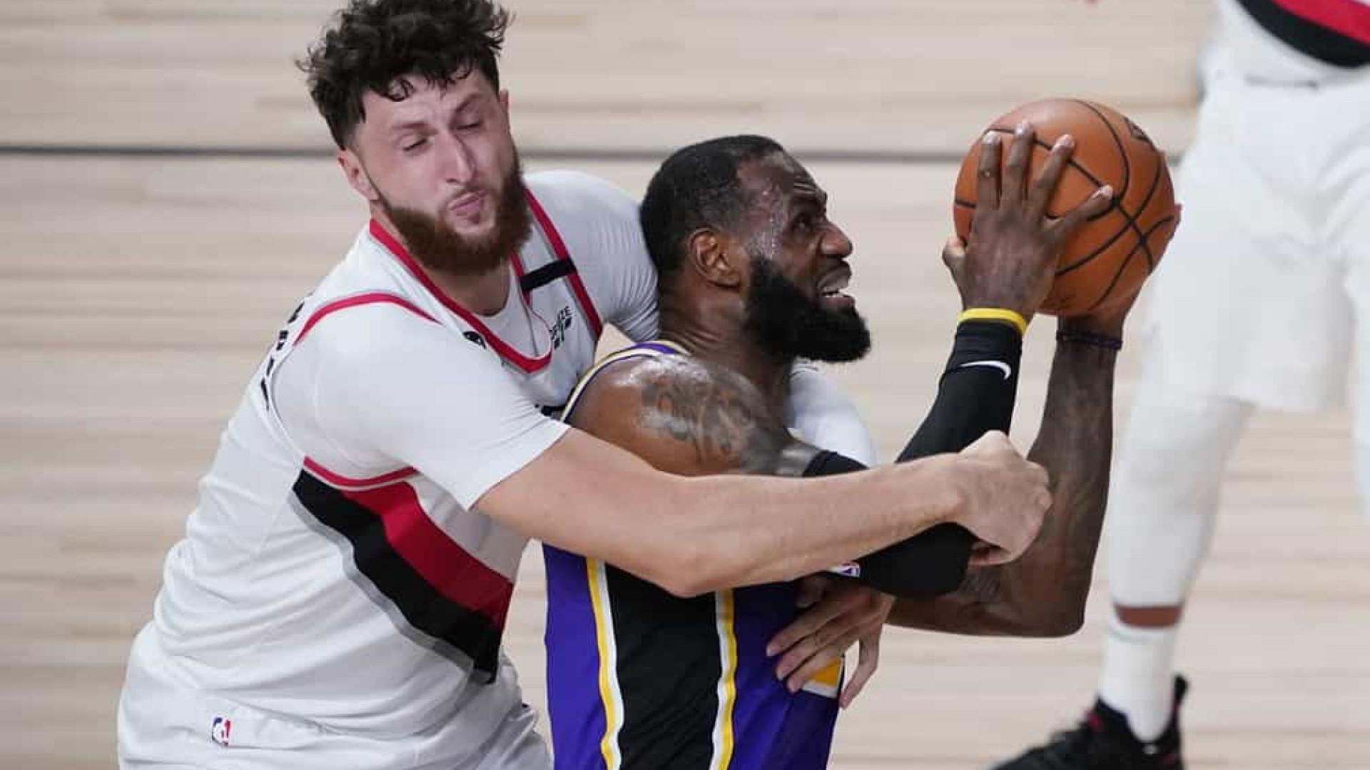 Com 38 pontos de LeBron, Lakers batem os Blazers e viram a série para 2 a 1