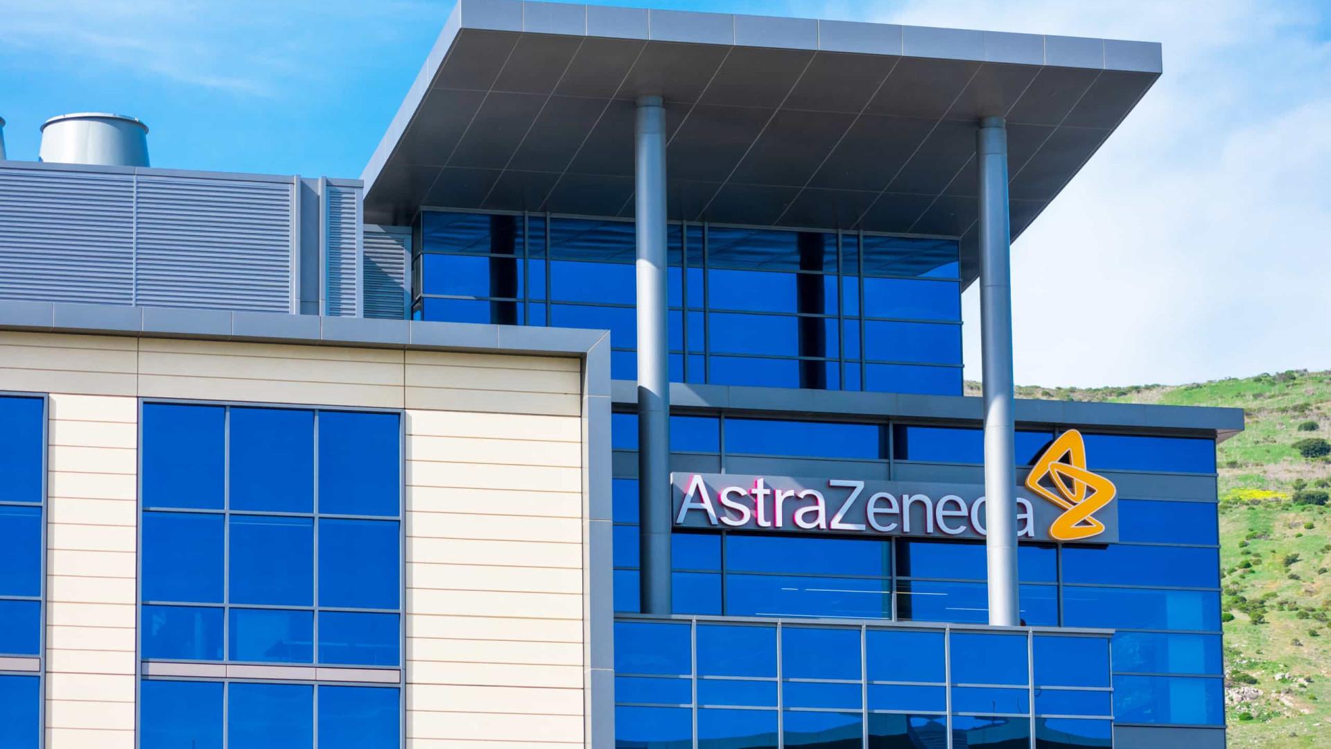 Vacina adaptada a variantes pode levar até 9 meses, diz AstraZeneca