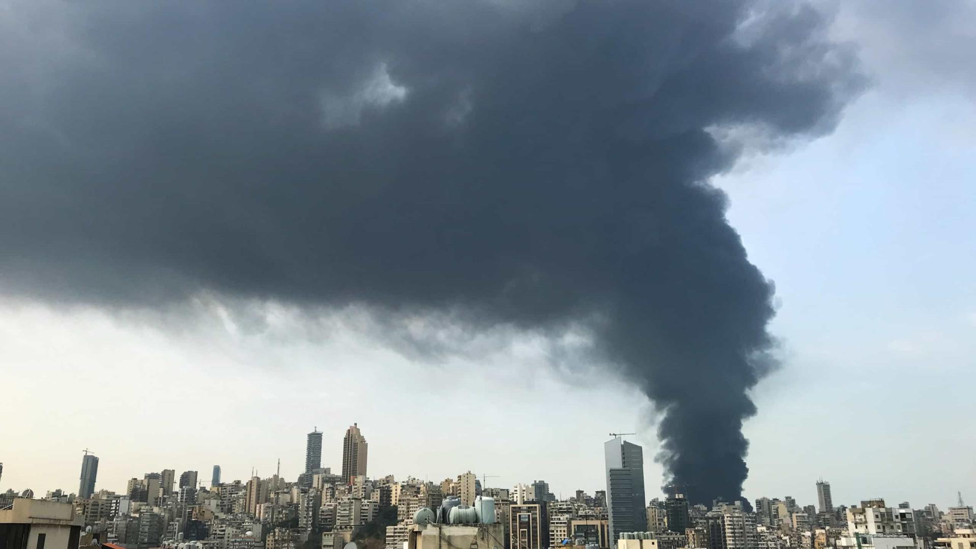Um mês após expIosão, grande incêndio é deflagrado no porto de Beirute