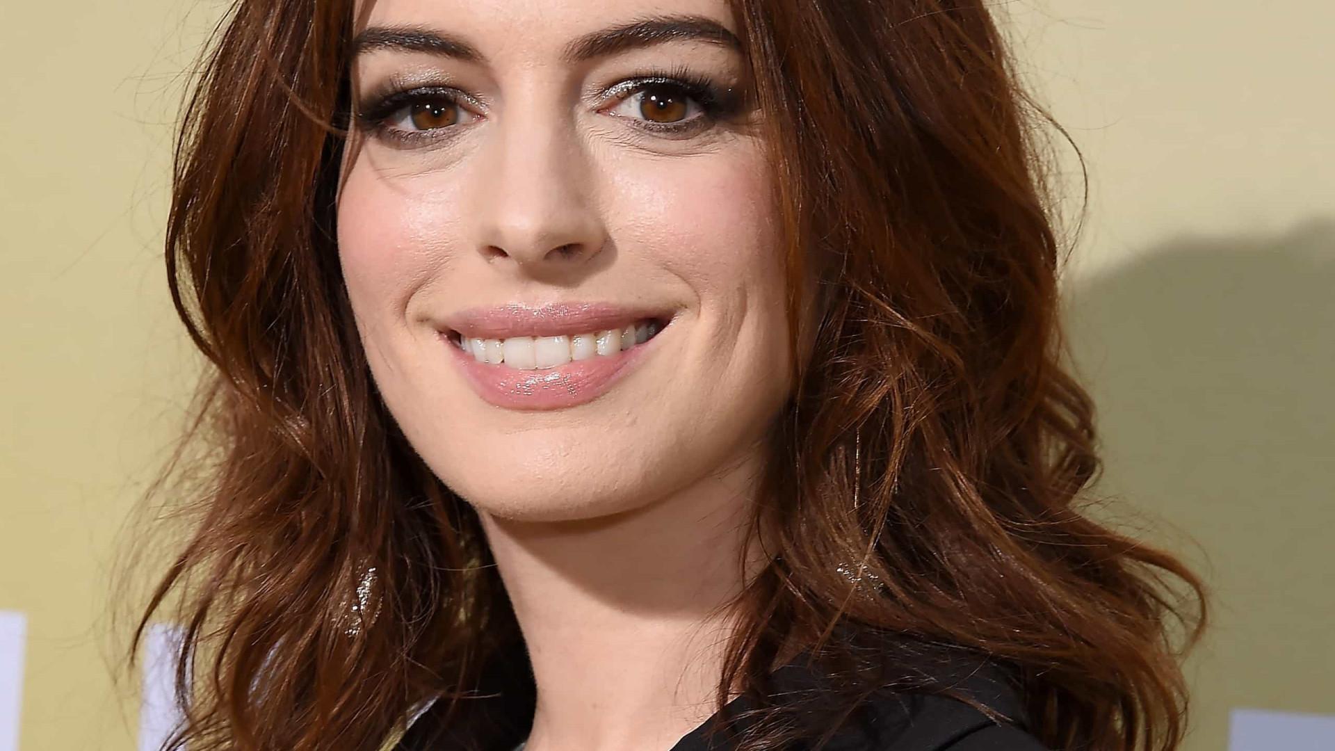 Anne Hathaway gravou filme grávida e ninguém descobriu
