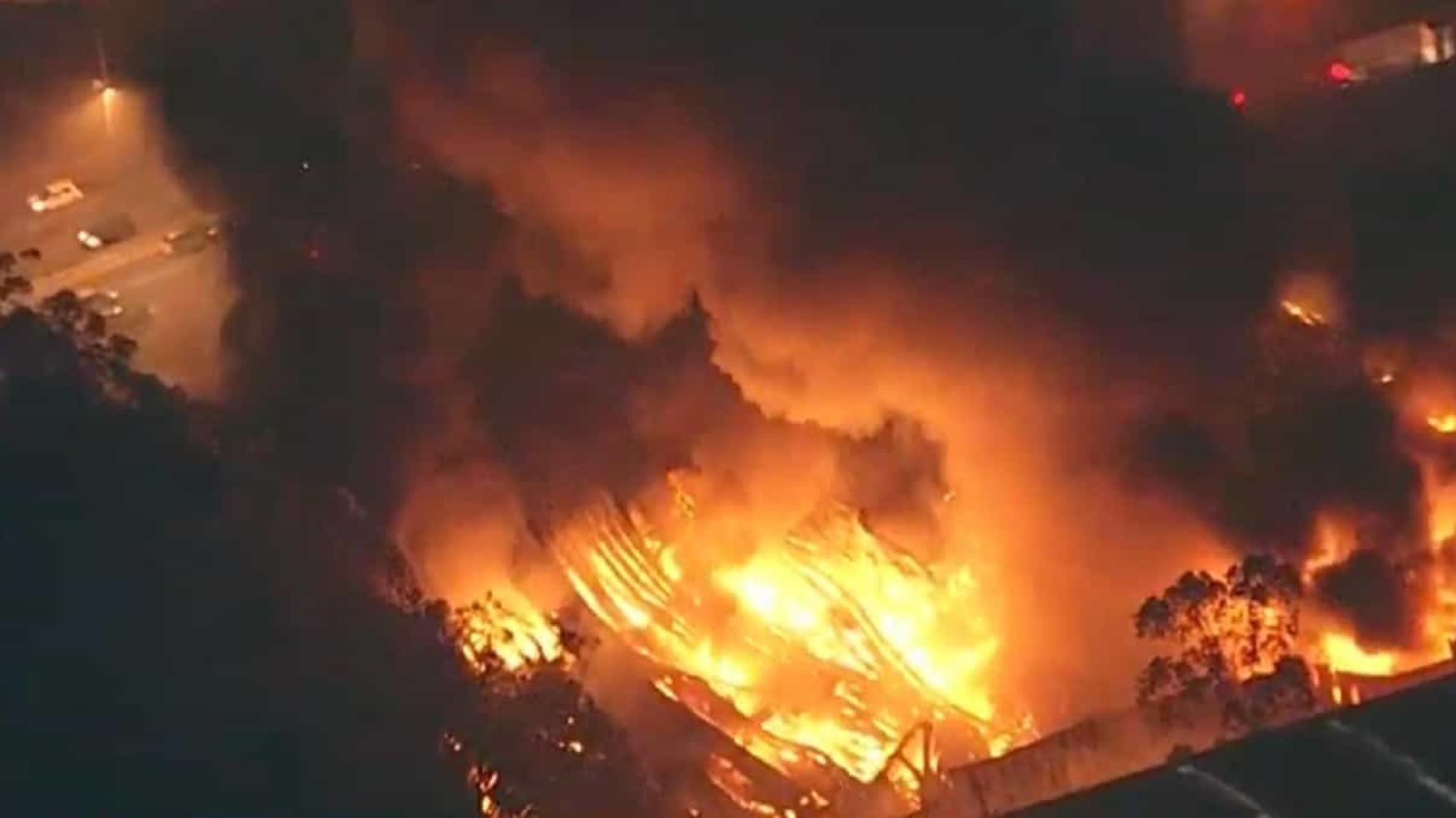 Incêndio atinge galpão comercial às margens da Raposo Tavares