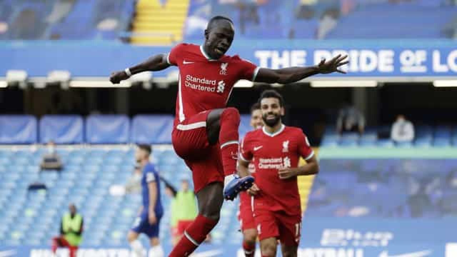 Alisson pega pênalti, Mané faz 2 e Liverpool bate o Chelsea na estreia de Thiago