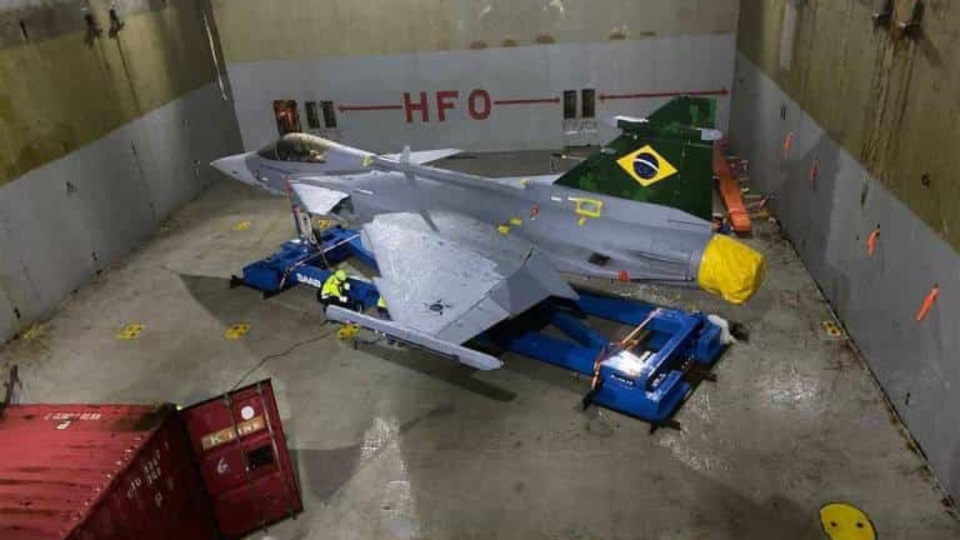 Primeiro caça Gripen da Força Aérea chega ao Brasil de navio