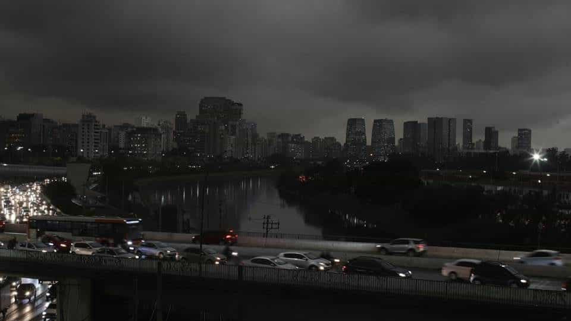 Fenômeno da chuva escura não deve mais atingir SP neste domingo
