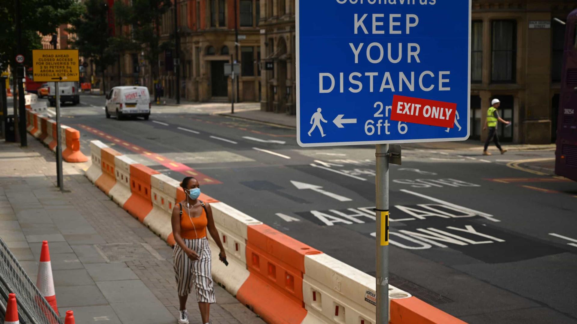 Inglaterra decreta novo confinamento e fecha escolas