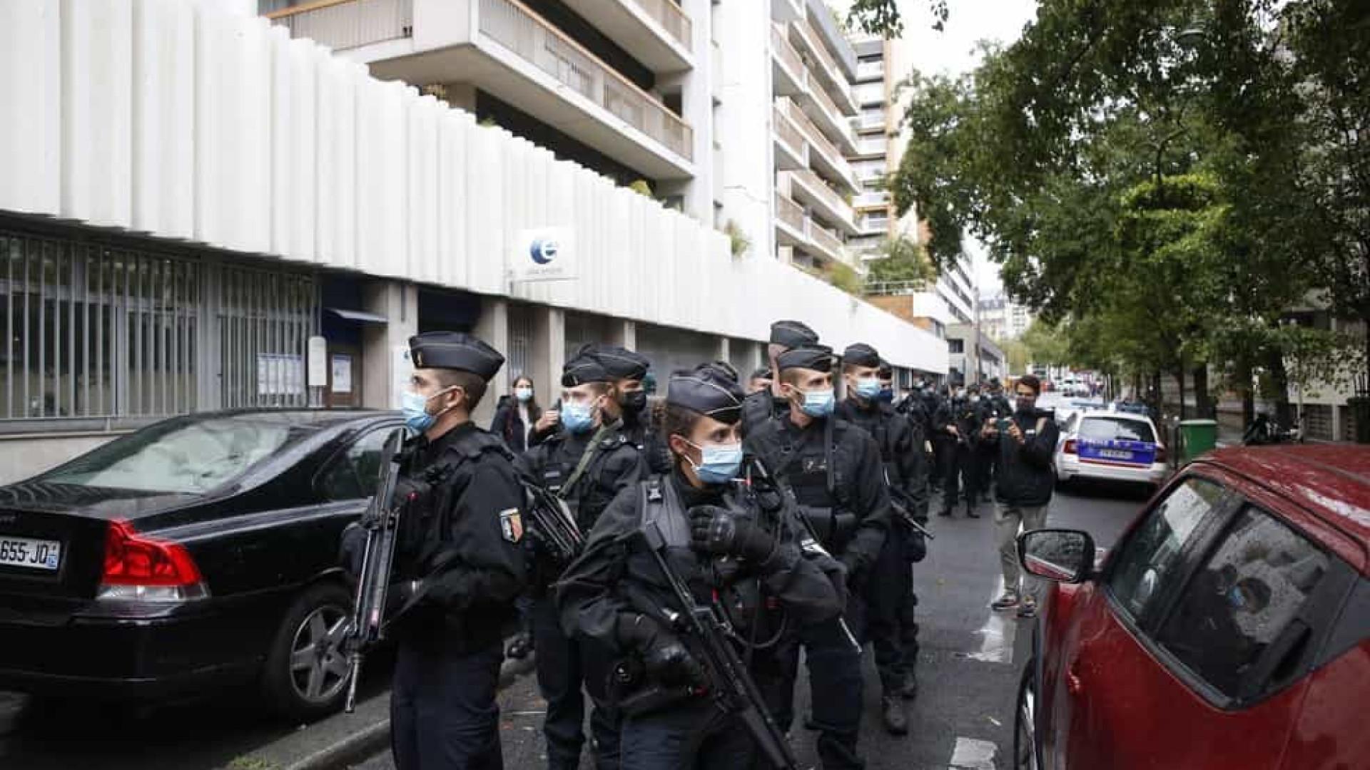 Suspeito de ataque a faca em Paris admite ter agido contra Charlie Hebdo