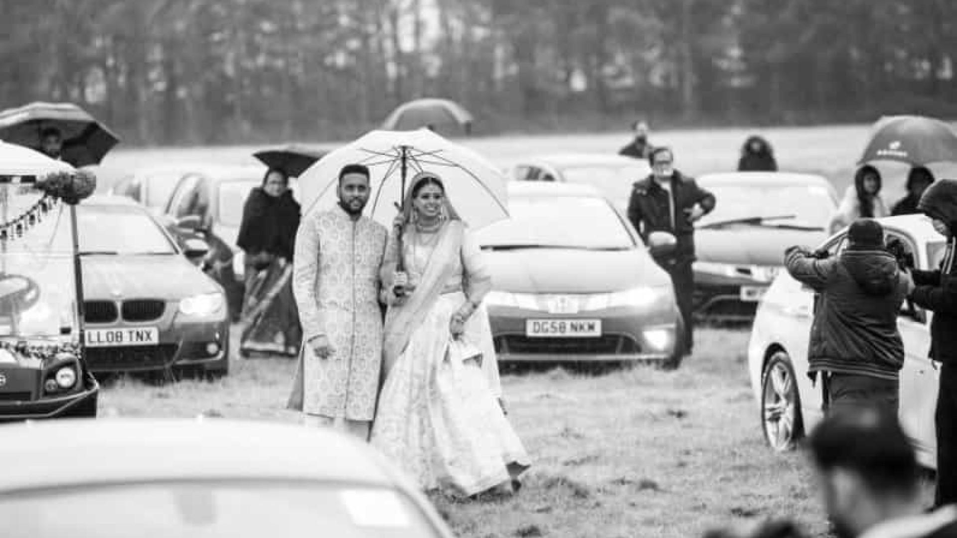 Na pandemia, noivos celebram casamento 'drive-in' com centenas de pessoas