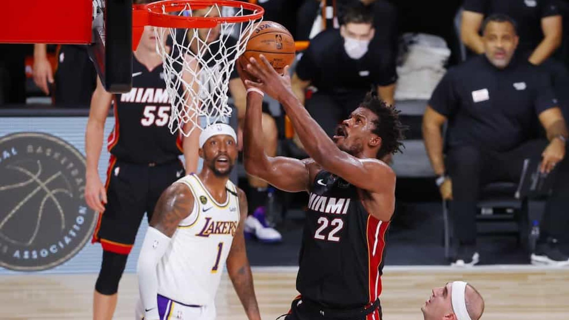 Butler faz triplo-duplo, Heat vence os Lakers e segue vivo na final da NBA