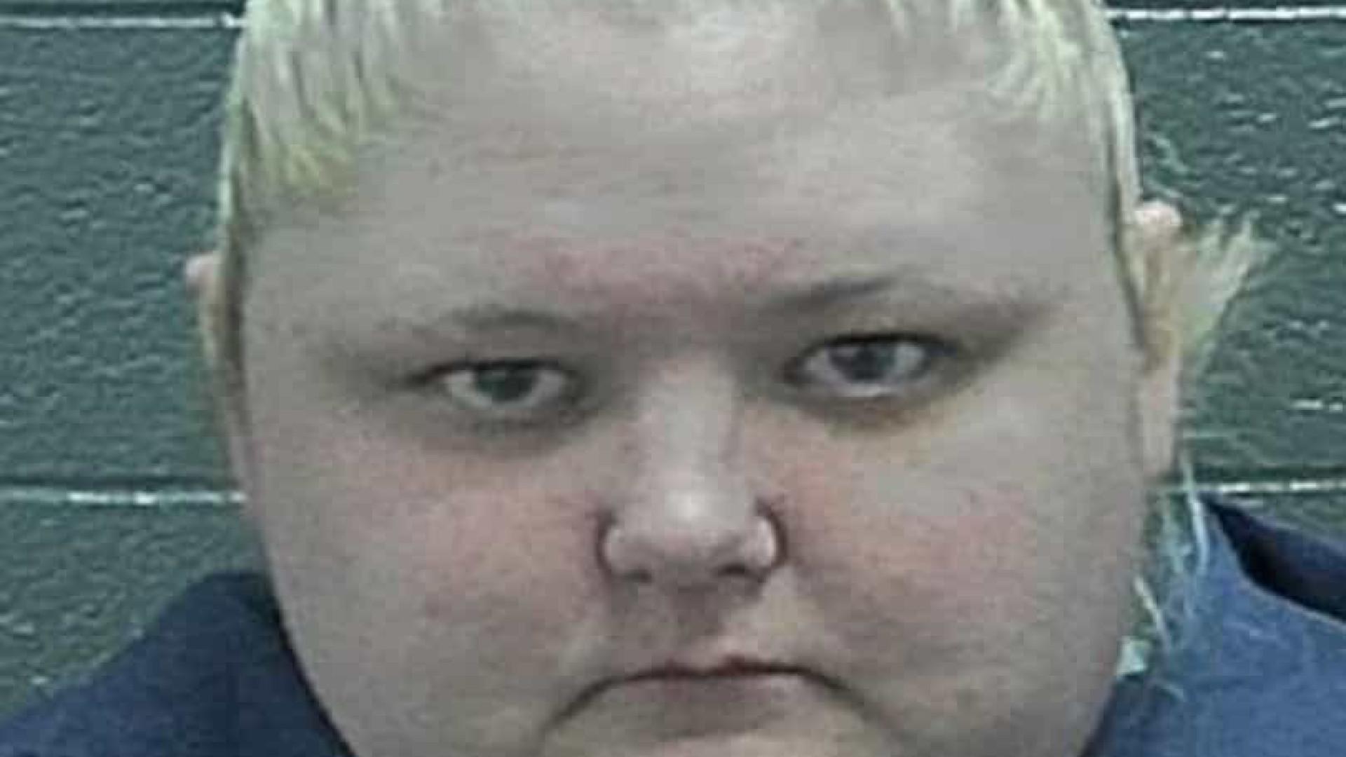 Mãe é presa após estuprar filho de 12 anos e o ameaçar