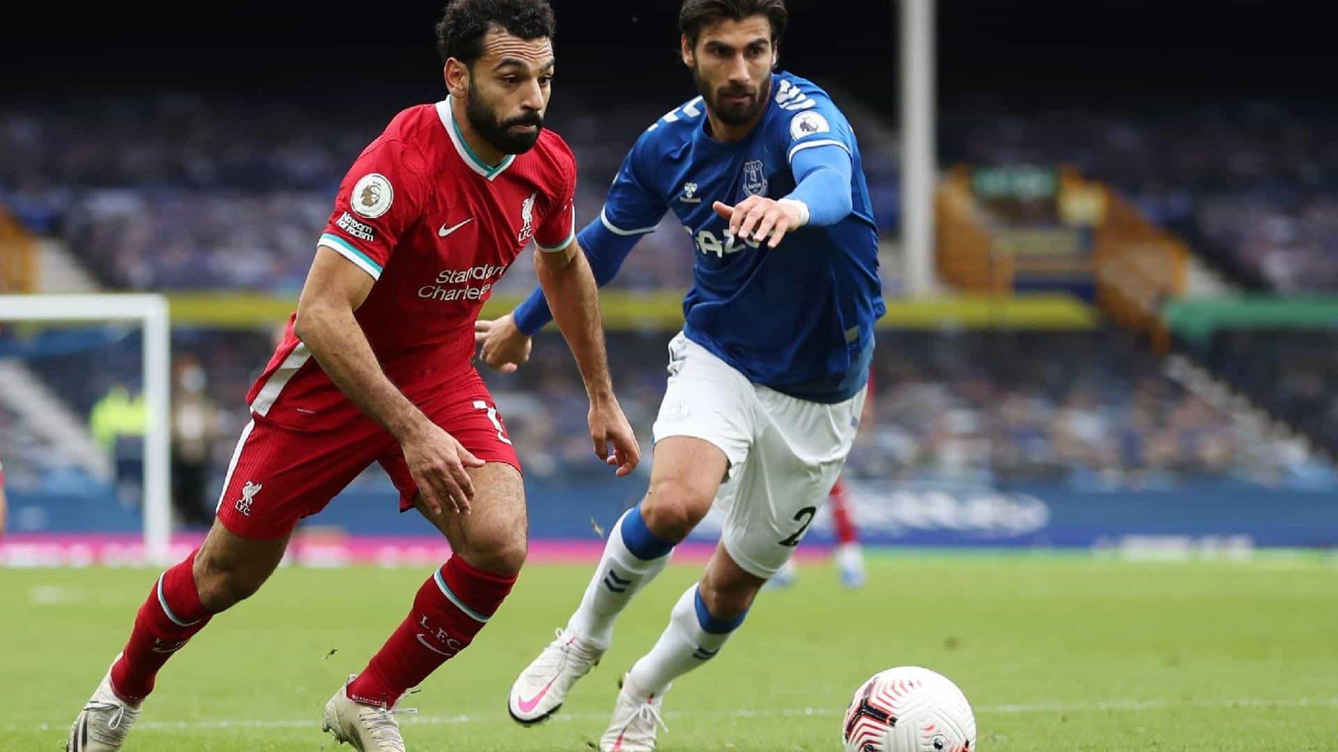 Salah marca 100º gol, Richarlison é expulso e Everton e Liverpool empatam