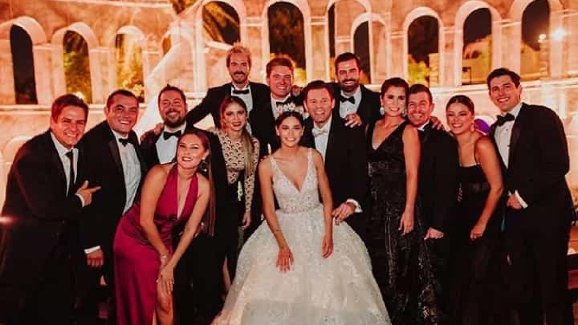Ator mexicano se casa em festa de arromba. 100 convidados estão infectados