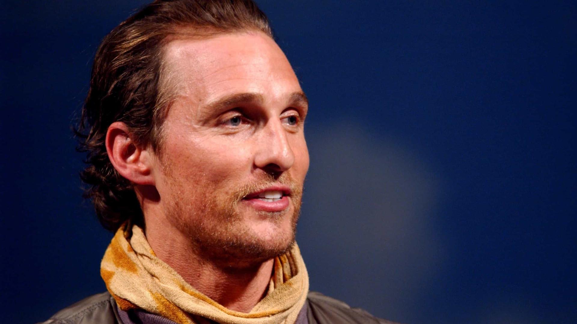 """Matthew McConaughey diz que foi """"chantageado para fazer sexo"""" aos 15 anos"""