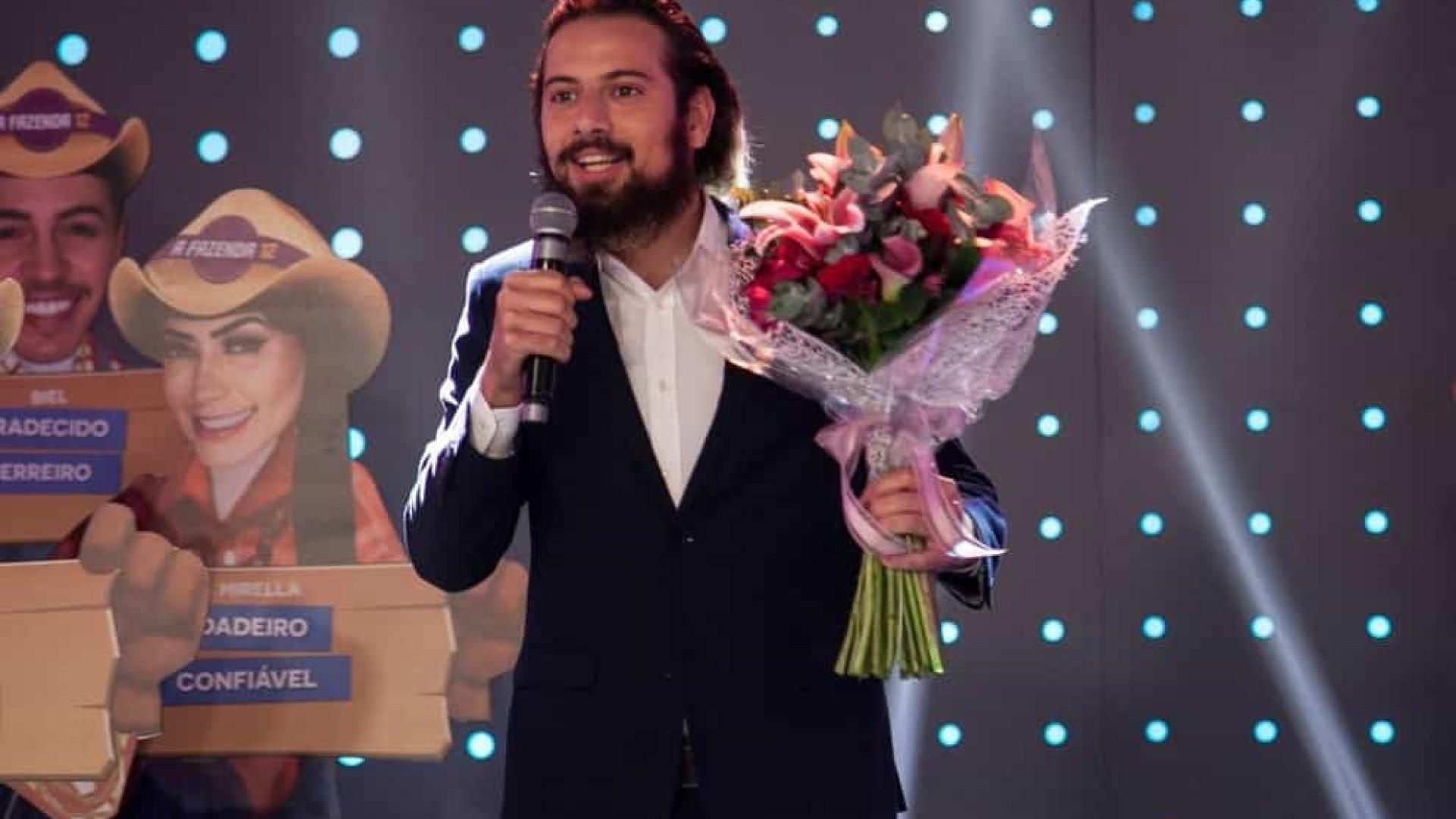 Cartolouco pede Luiza Ambiel em namoro no palco do programa Hora do Faro
