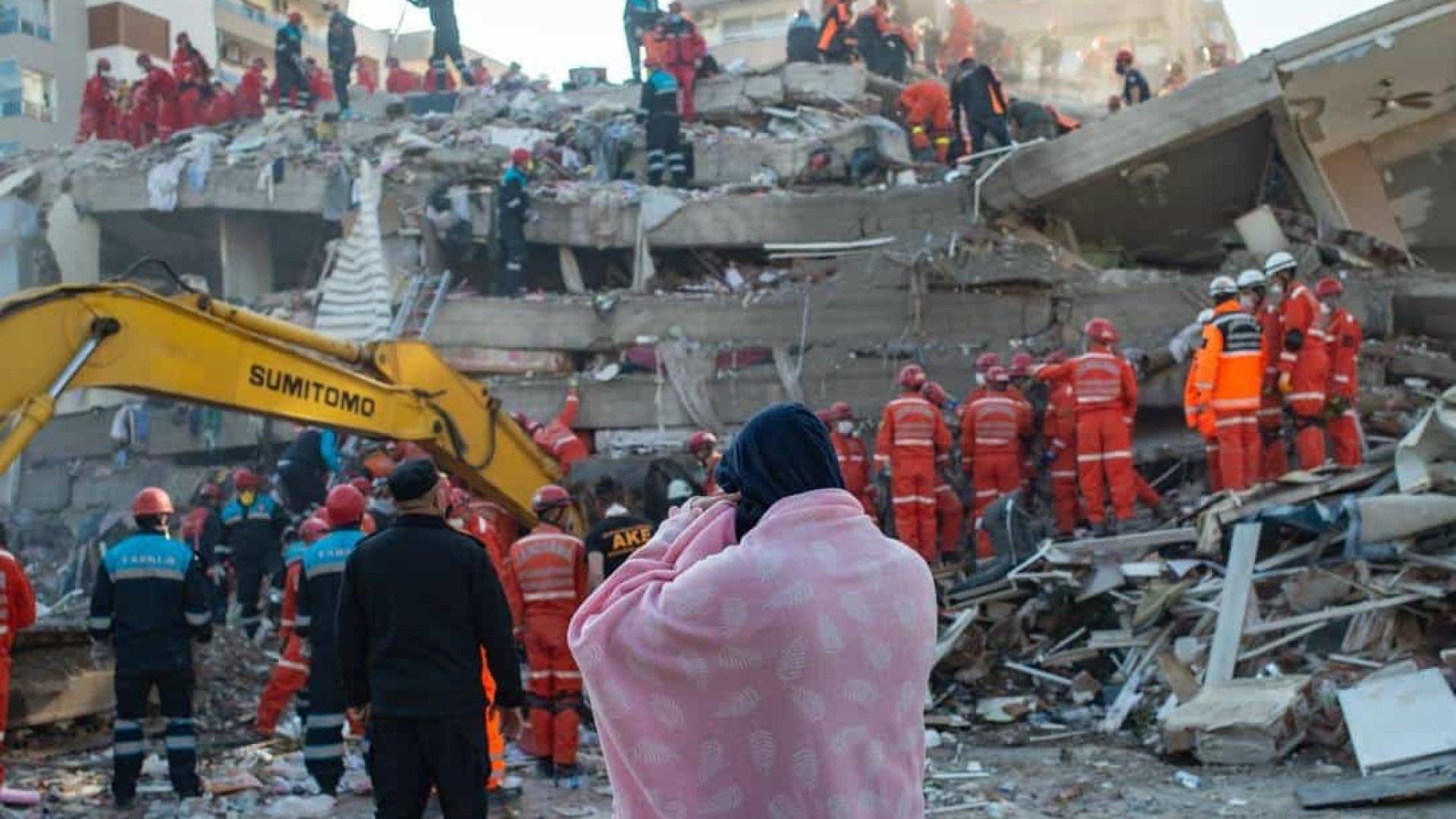 Após quase 18 h, mãe e filhos são resgatados de escombros em cidade turca atingida por terremoto