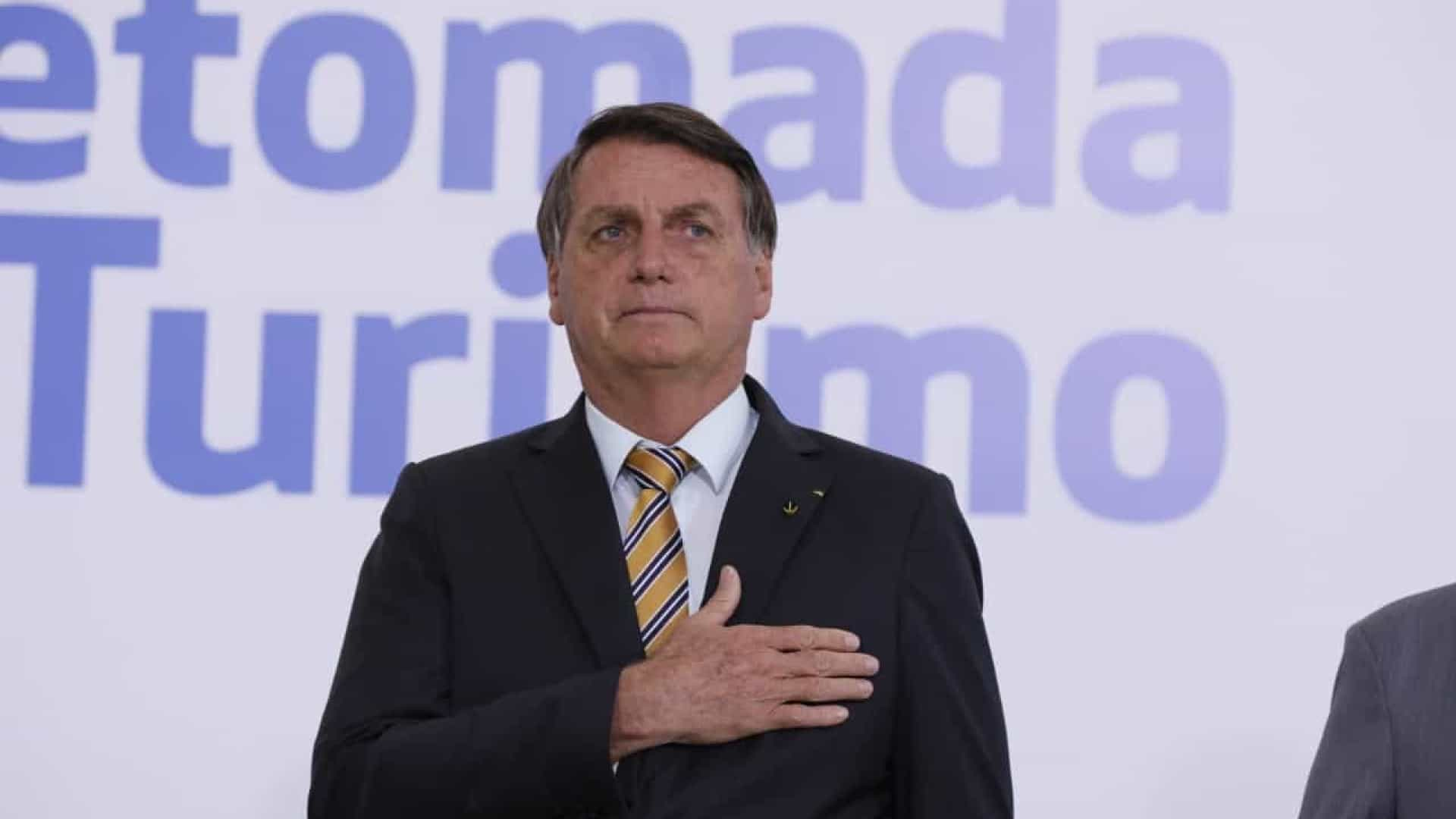 'Tem que deixar de ser um país de maricas', diz Bolsonaro sobre covid-19