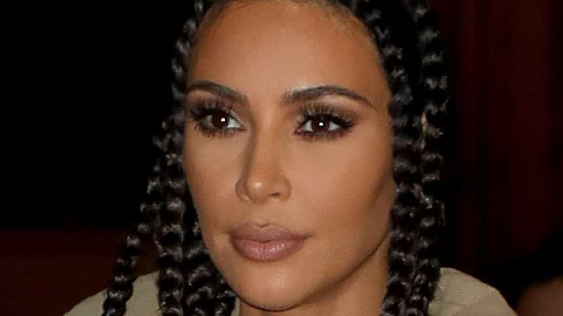 Kim Kardashian fica aos prantos após ver holograma do pai