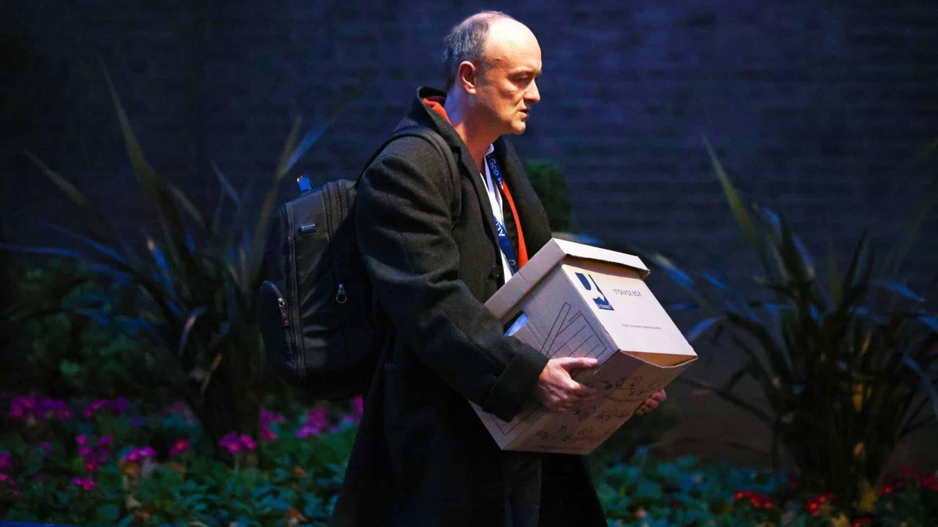 Influente e polêmico assessor de Boris Johnson deixa o governo