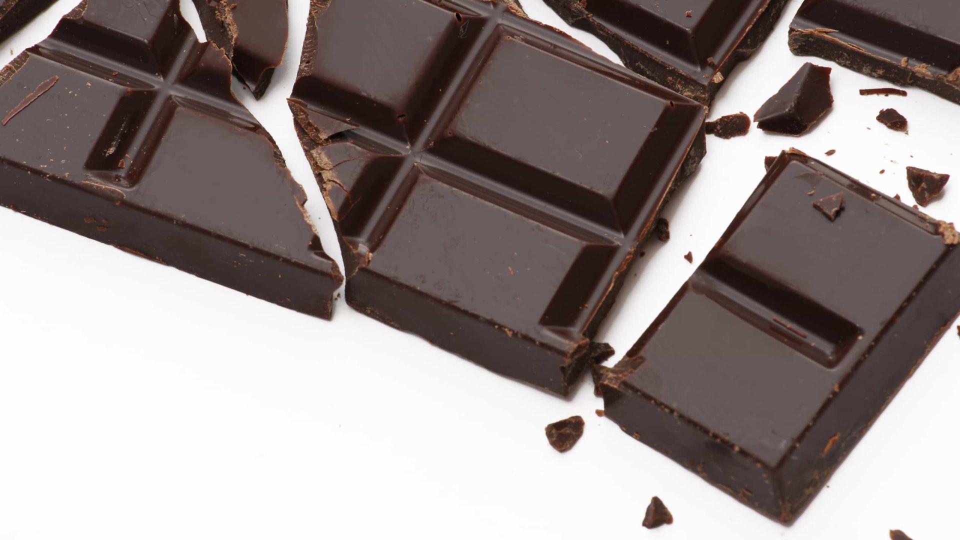 Aprenda a partir uma tablete de chocolate sem causar um 'desastre'