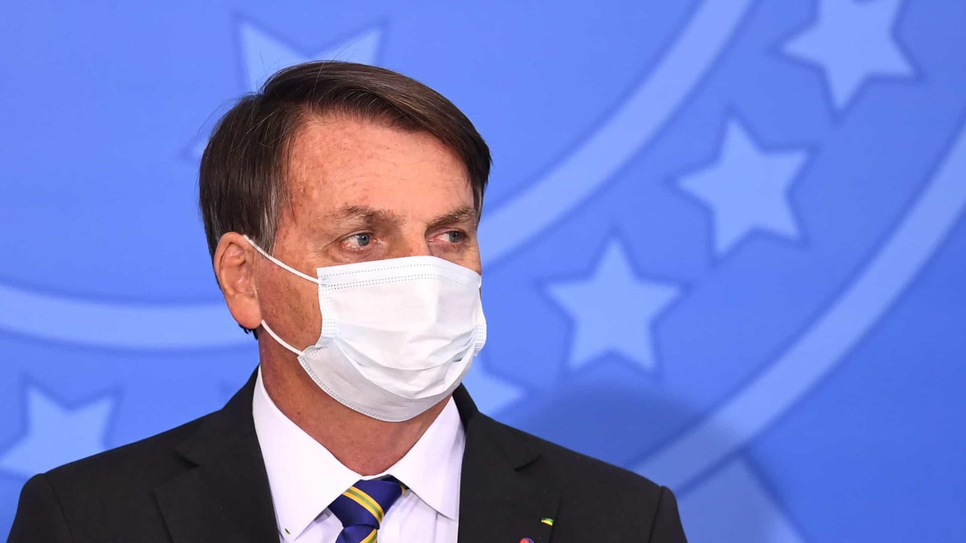 Bolsonaro questiona urna eletrônica e ironiza 'voto por smartphone'