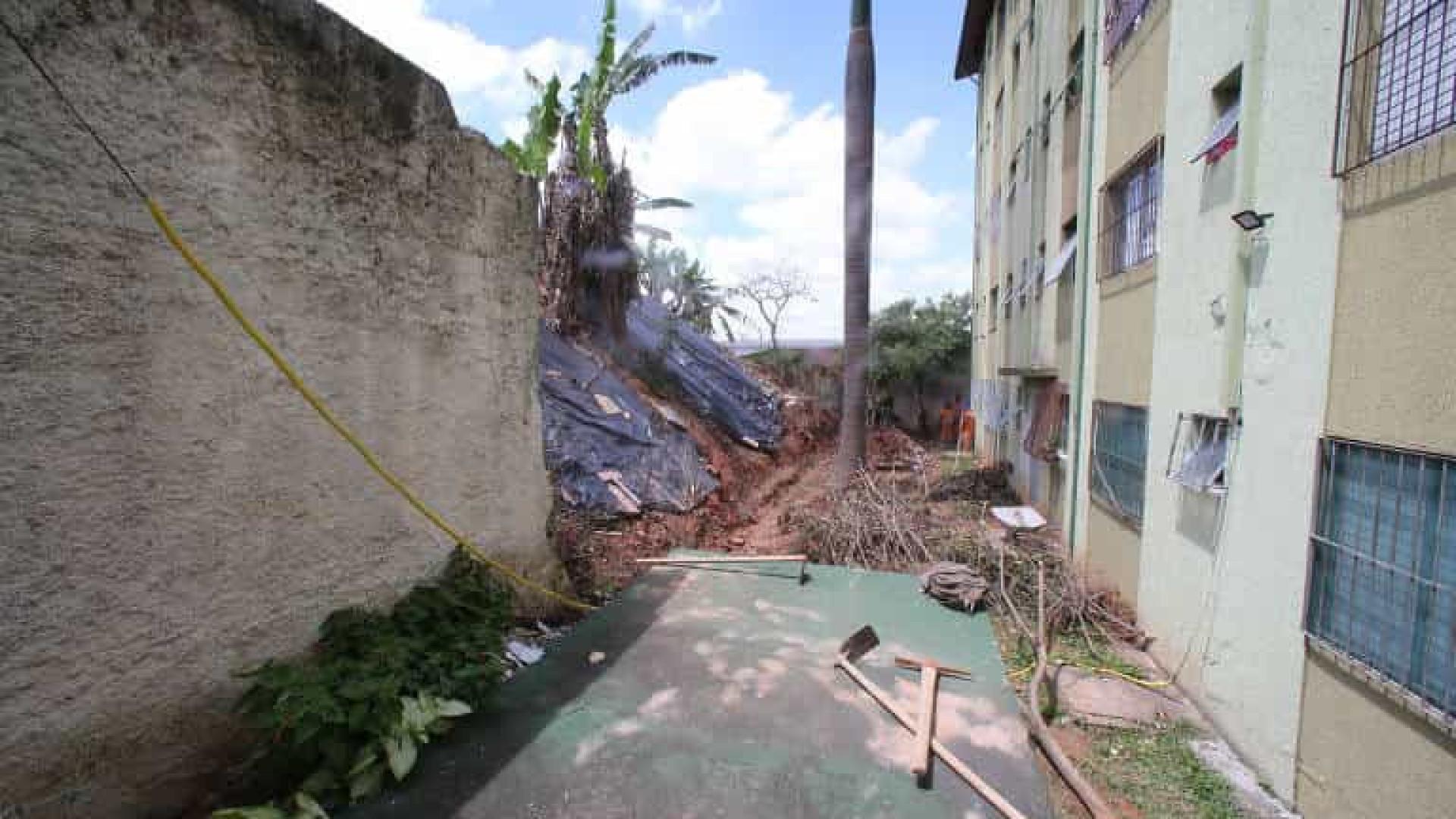 Muro da prefeitura cai na zona norte de SP e ameaça condomínio