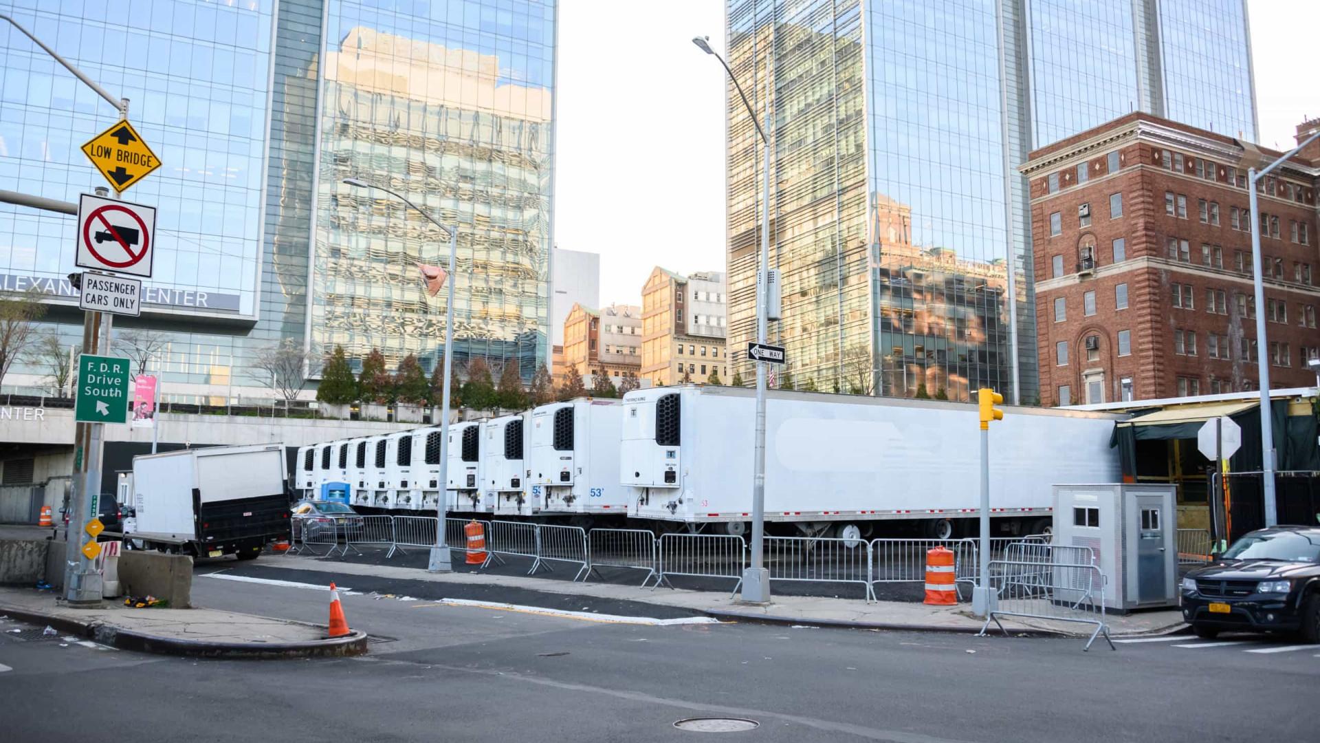 NY: Corpos ficam em caminhões por famílias não terem dinheiro de enterros