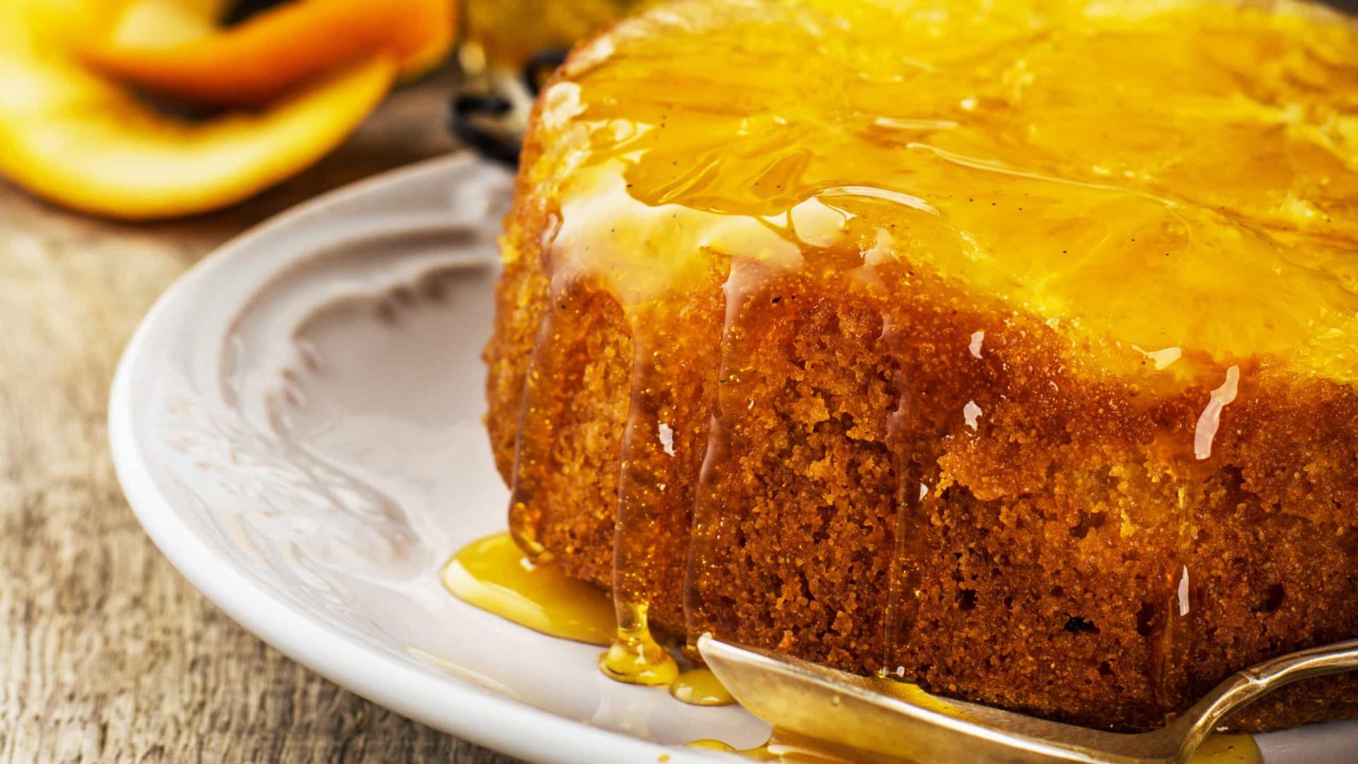 Receita de bolo de laranja com calda no liquidificador. Diga sim!
