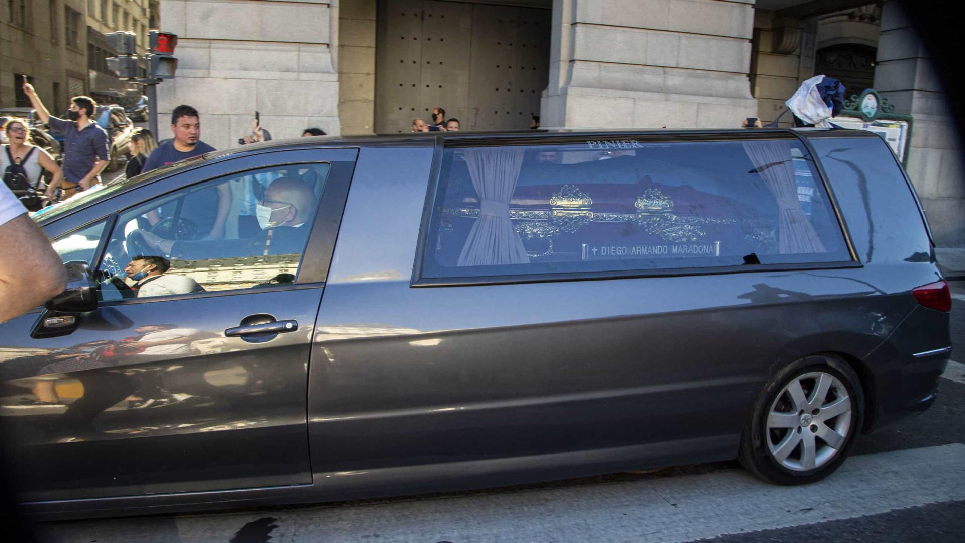 Funcionário de funerária é demitido por tirar foto com corpo de Maradona