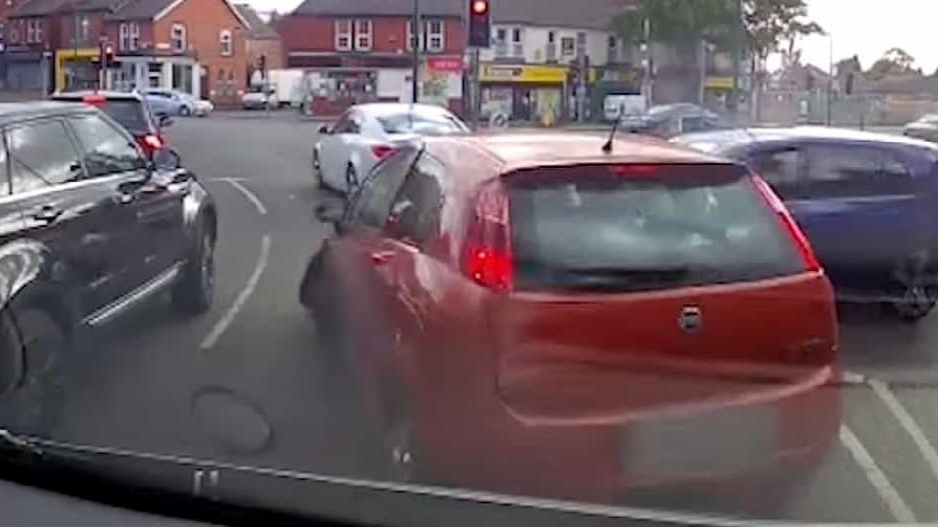 Traficante perde controle de carro e bate em veículos parados