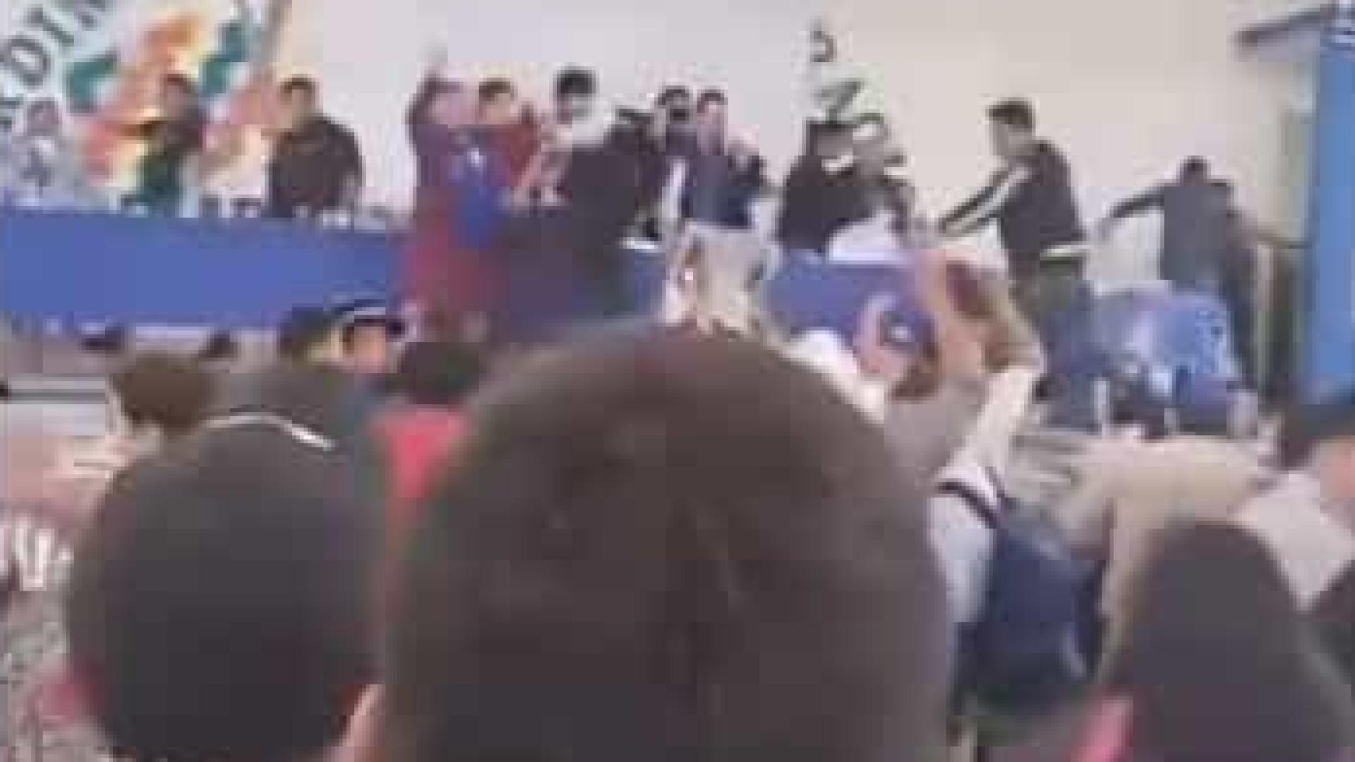 Evo Morales é alvo de ira de militantes e é atingido com cadeira