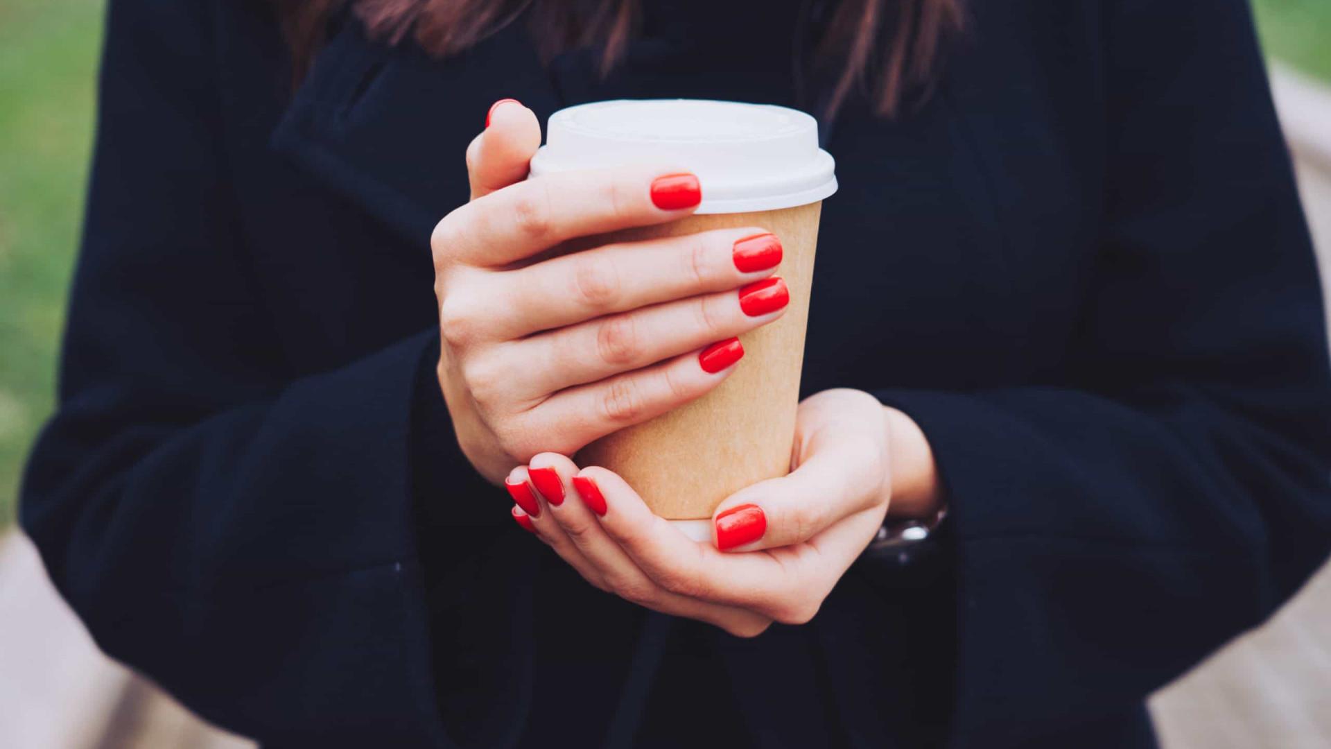Novo estudo alerta: É perigoso beber o seu café assim