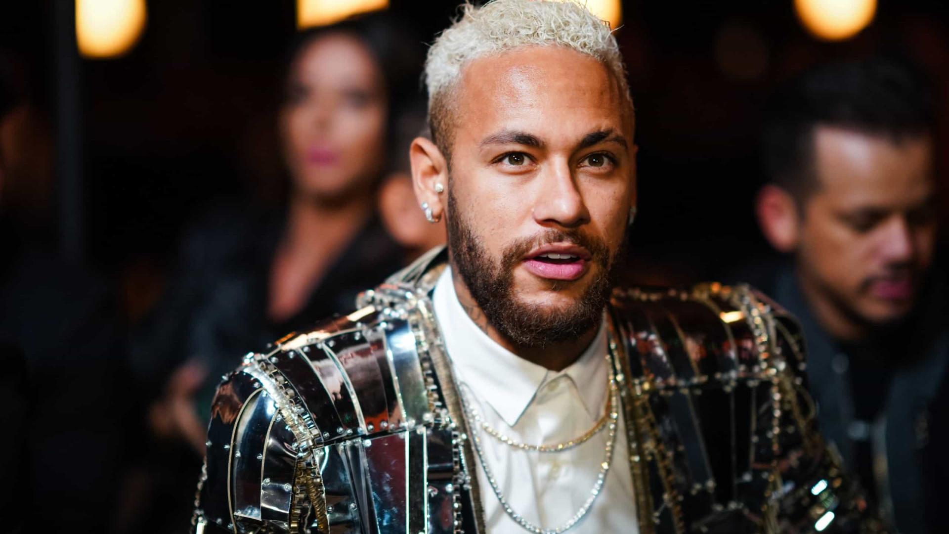 Antes de retorno a Paris, Neymar tira moldes para calçada da fama do Maracanã